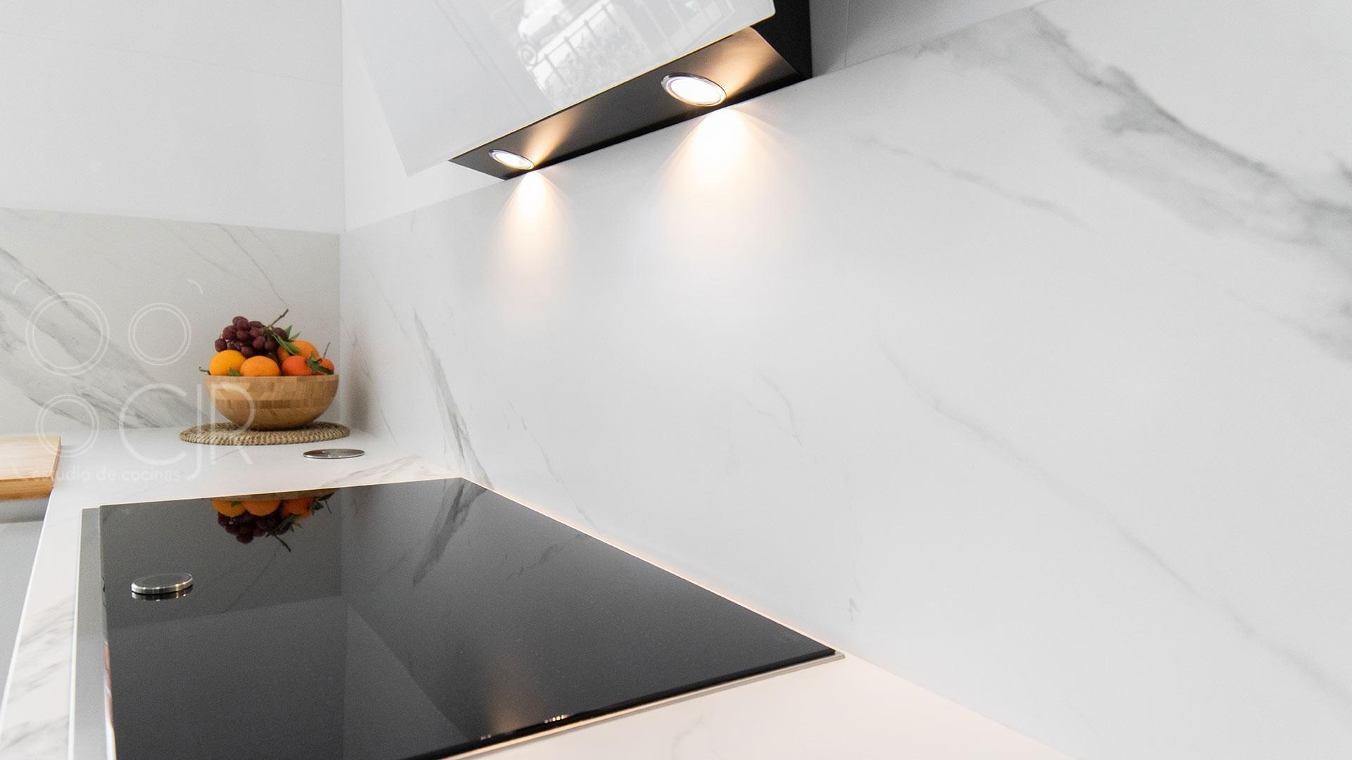 Cocina blanca moderna y grande