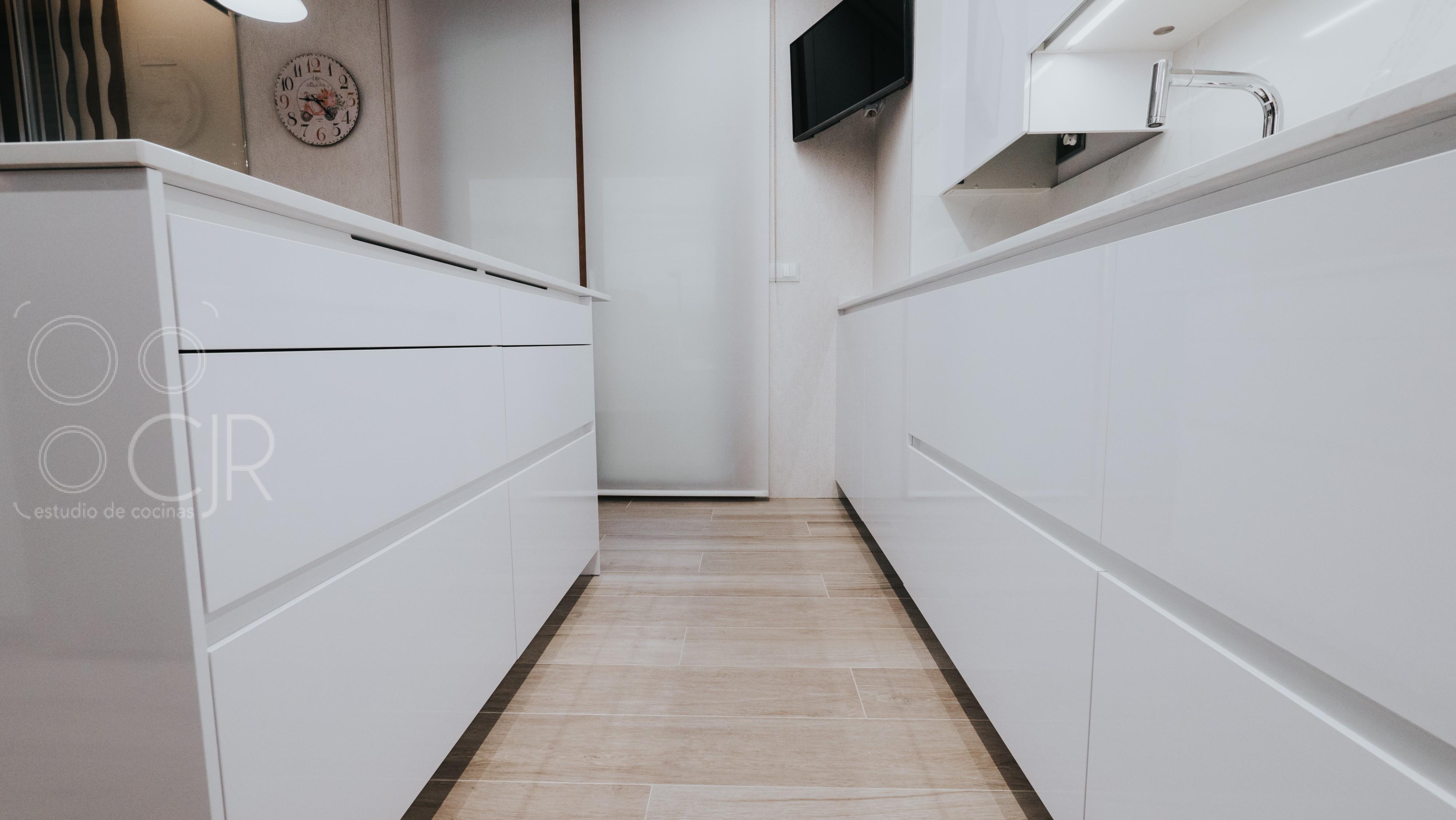 cocinas modernas con tirador gola blanco