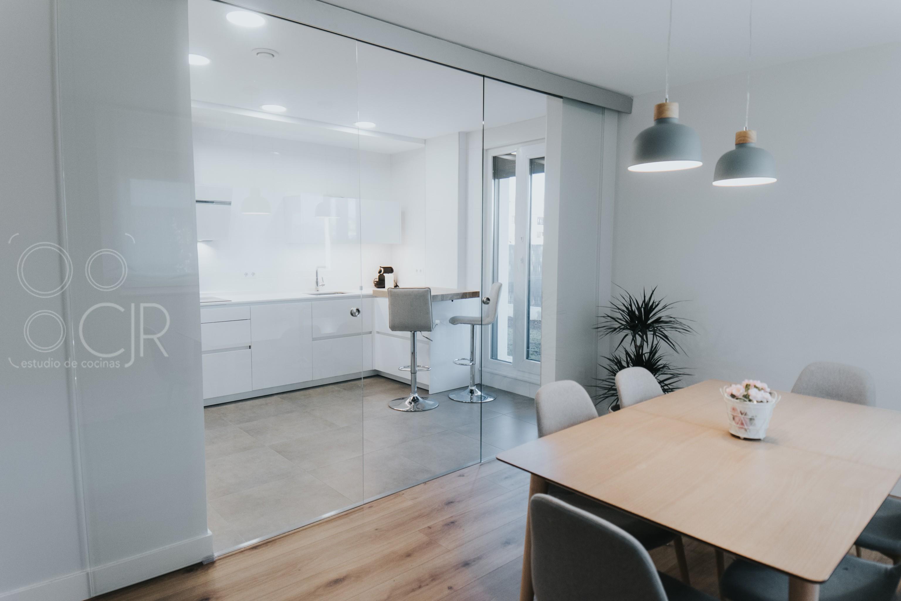 cocinas abiertas al salón madera y blanco