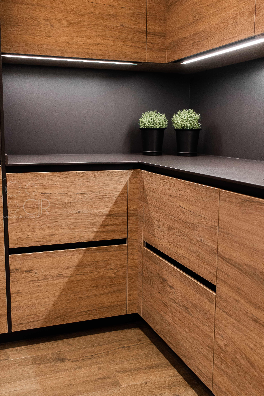 cocinas con encimera negra y puertas madera