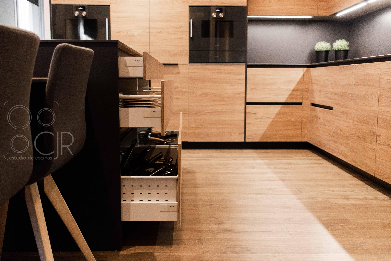 cocinas negras y madera sin tirador