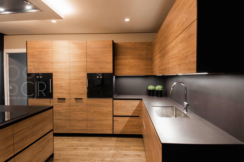cocinas negras y madera con isla