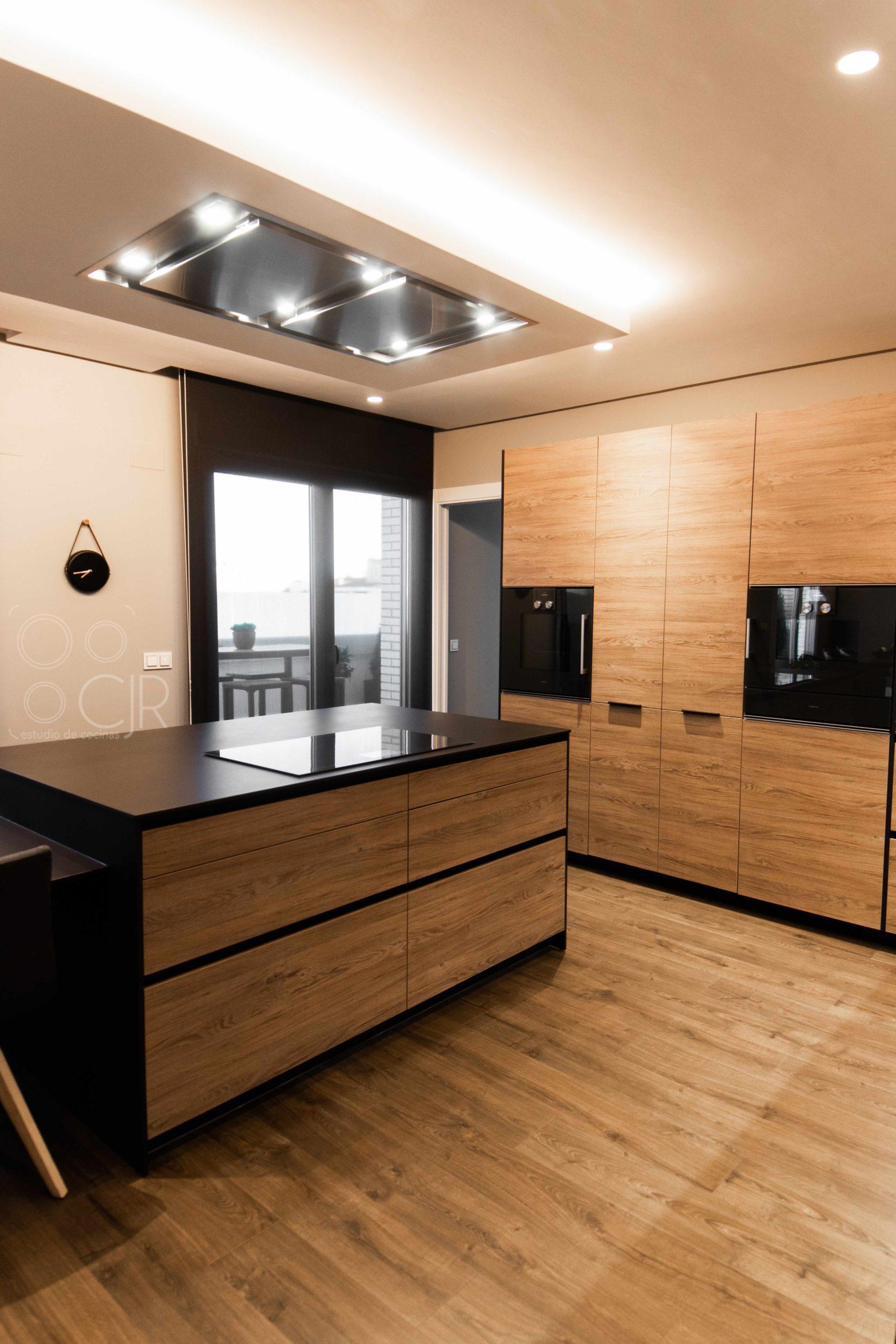 cocinas con isla negras y madera