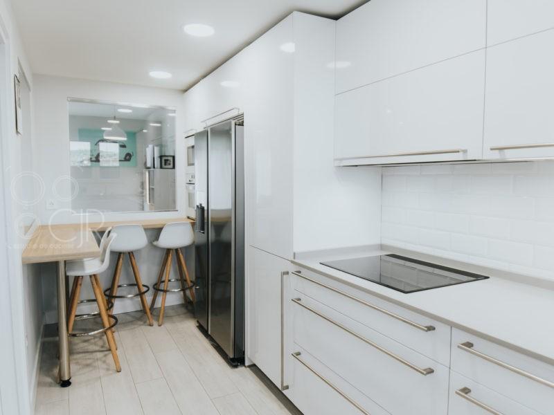 Cocinas modernas en L blancas con barra y frigo americano