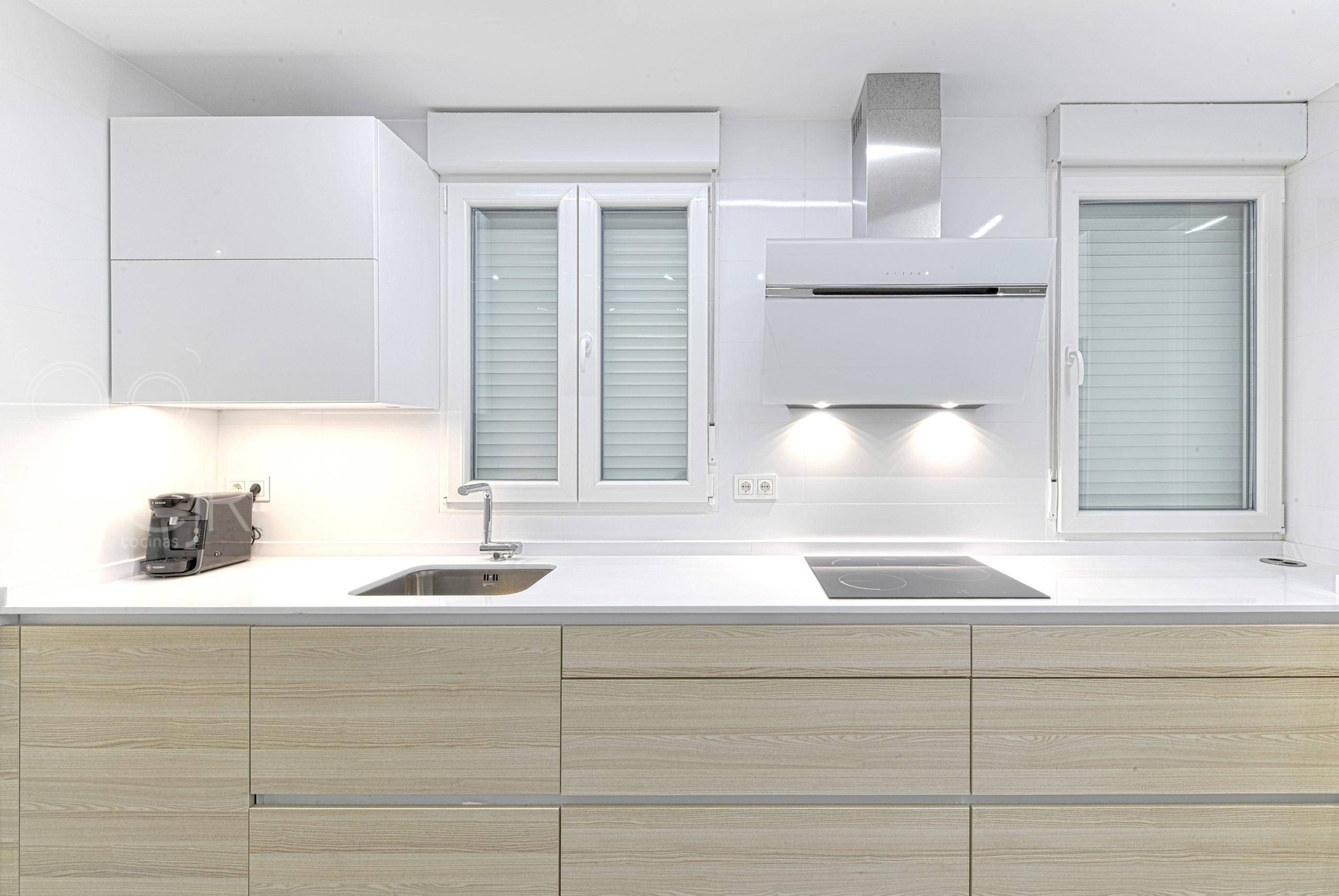 cocinas madera y blanco modernas