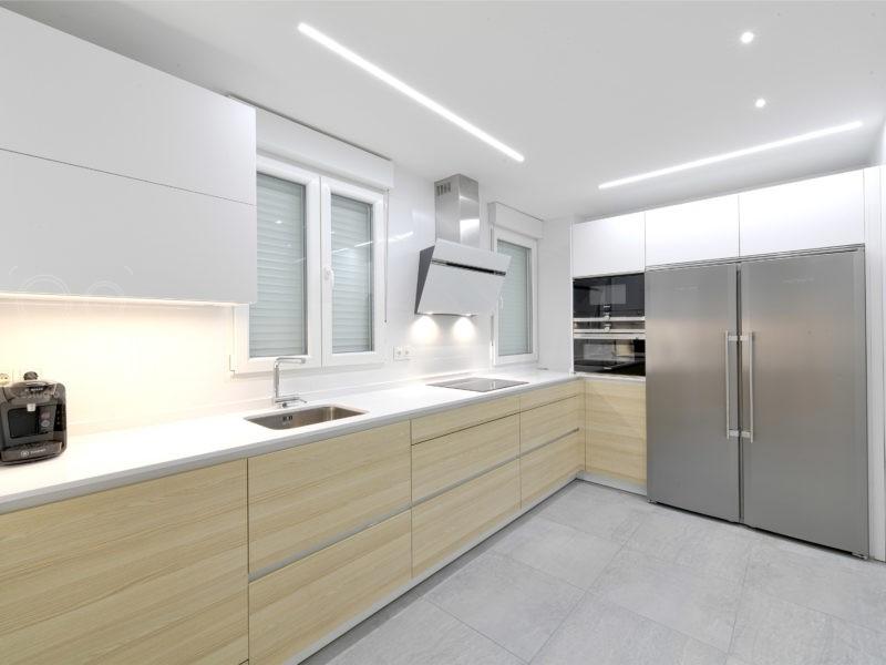 cocinas con iluminación led madera y blanca