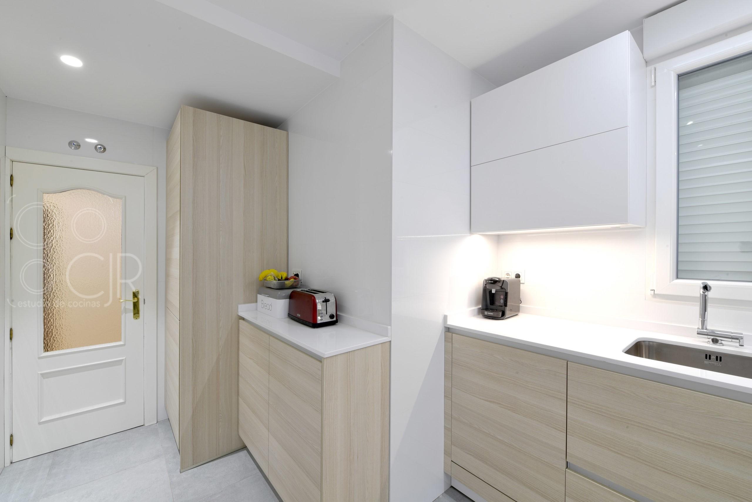 cocina madera y blanca moderna
