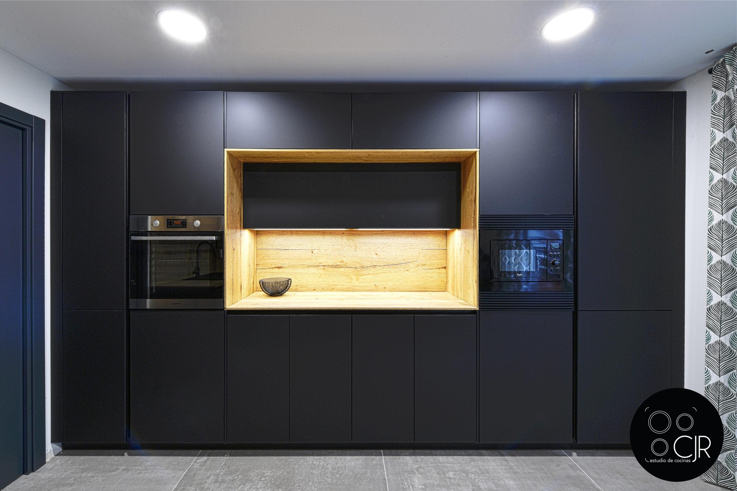 Vista frontal cocina negra mate y madera