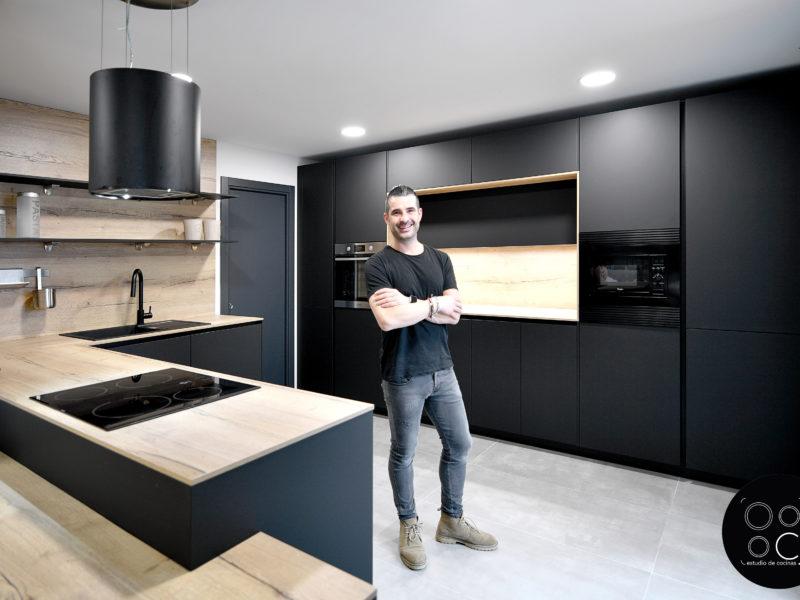 Vista cocina negro mate y madera