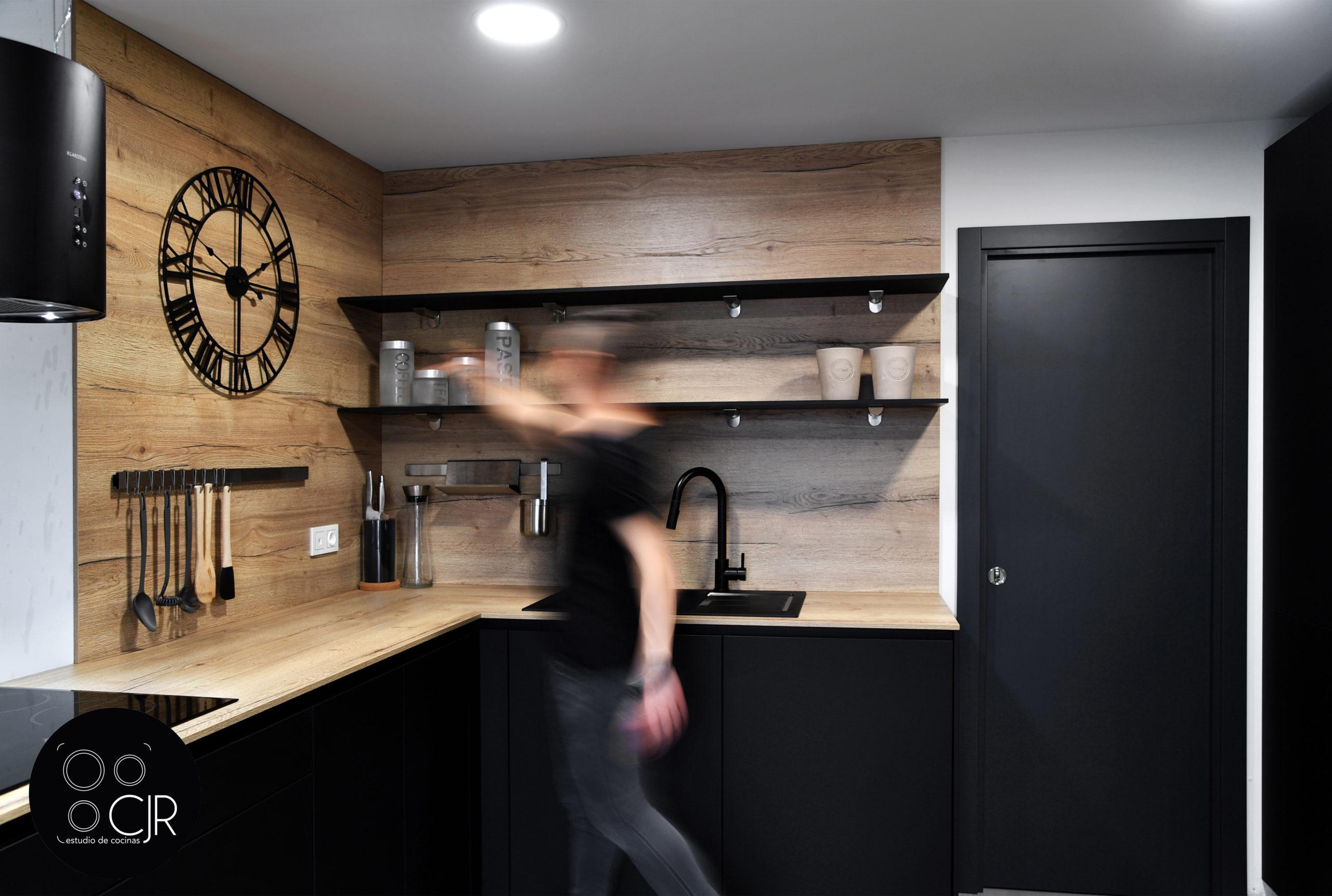 Zona de preparado y fregado cocina negra mate y madera