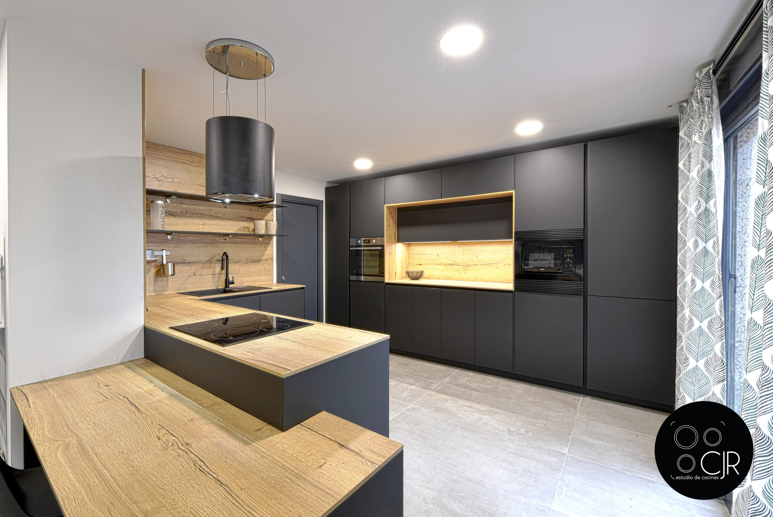 Gran angular de cocina negra mate y madera