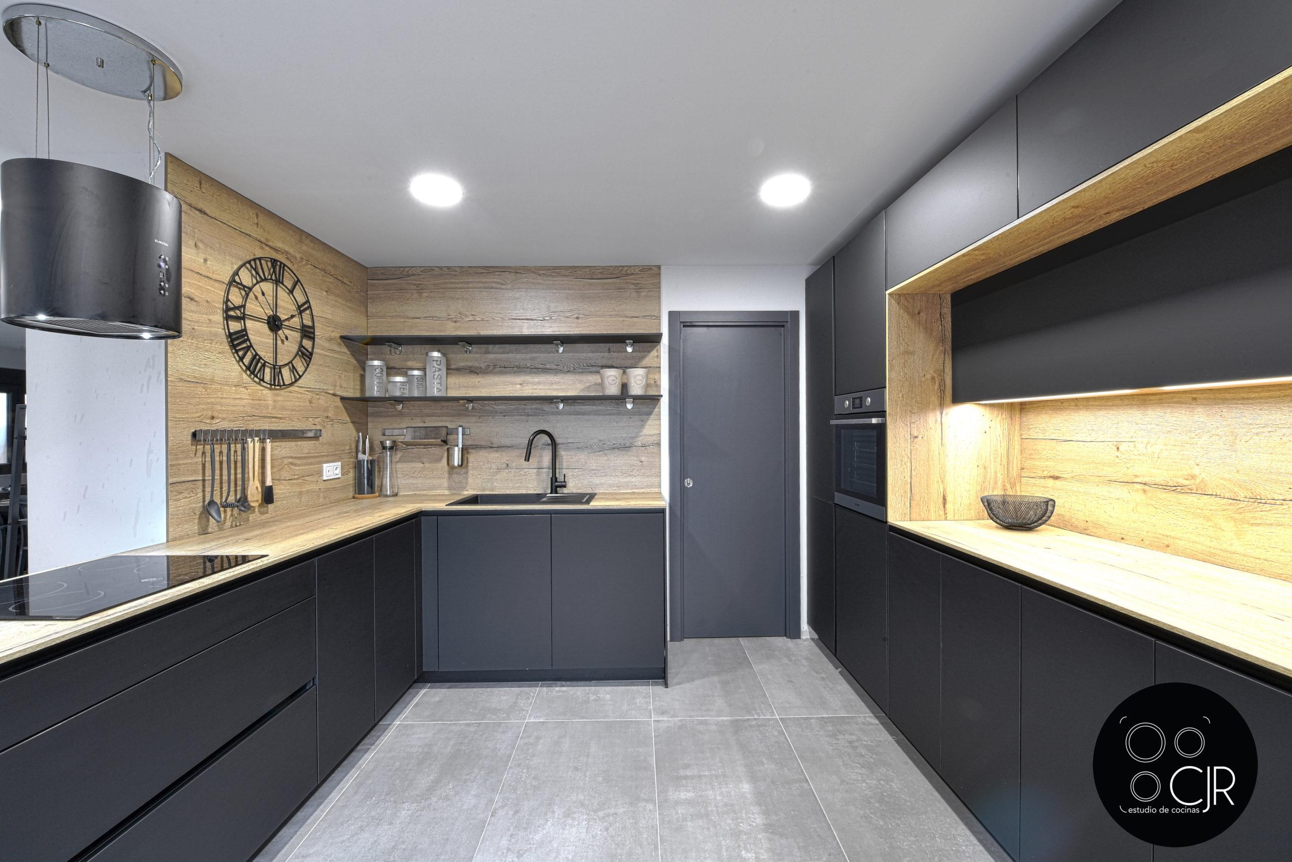 Vista frontal de cocina negra mate y madera