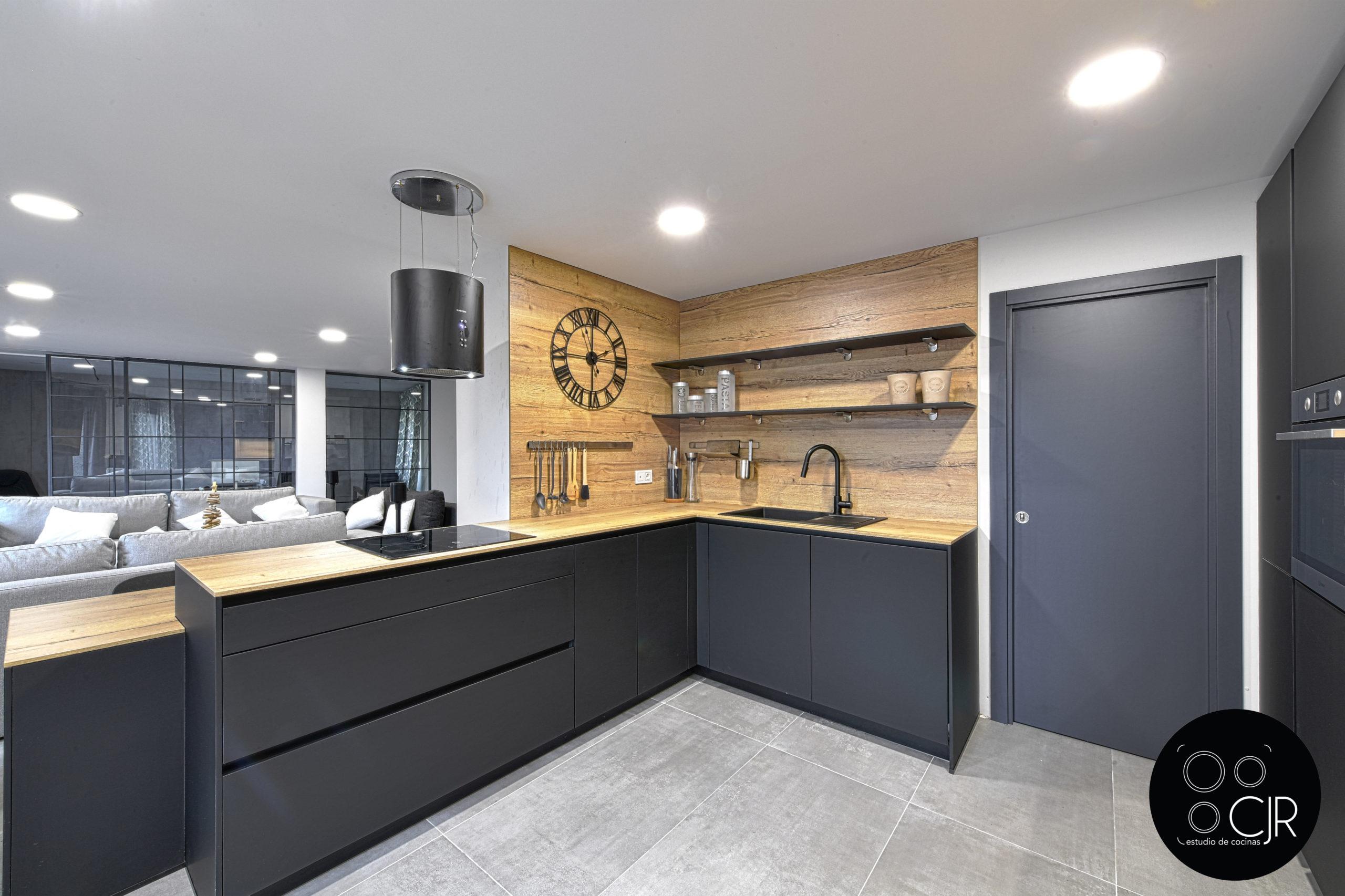 Esquina de cocina negro mate y madera
