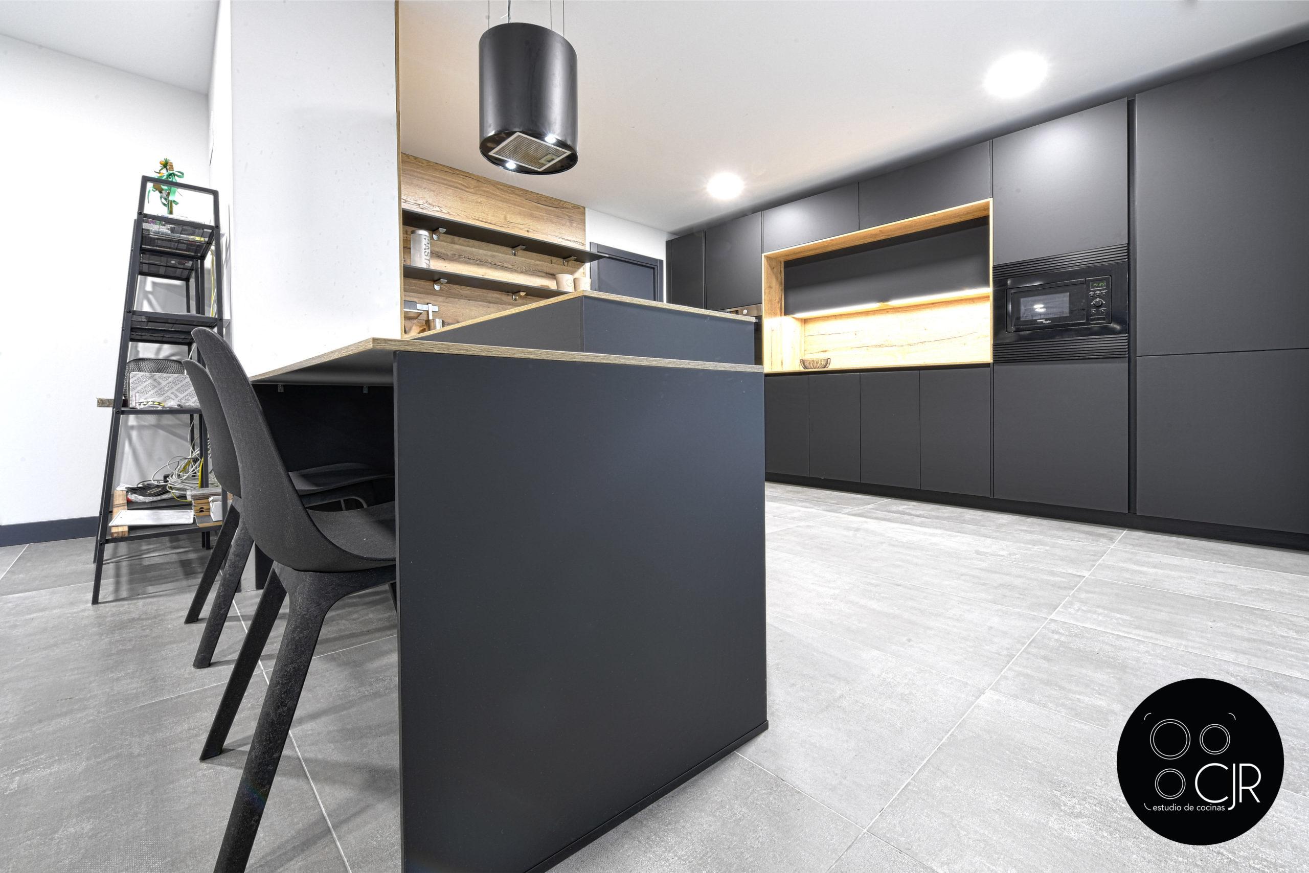 Vista zona de desayuno en cocina negro mate y madera