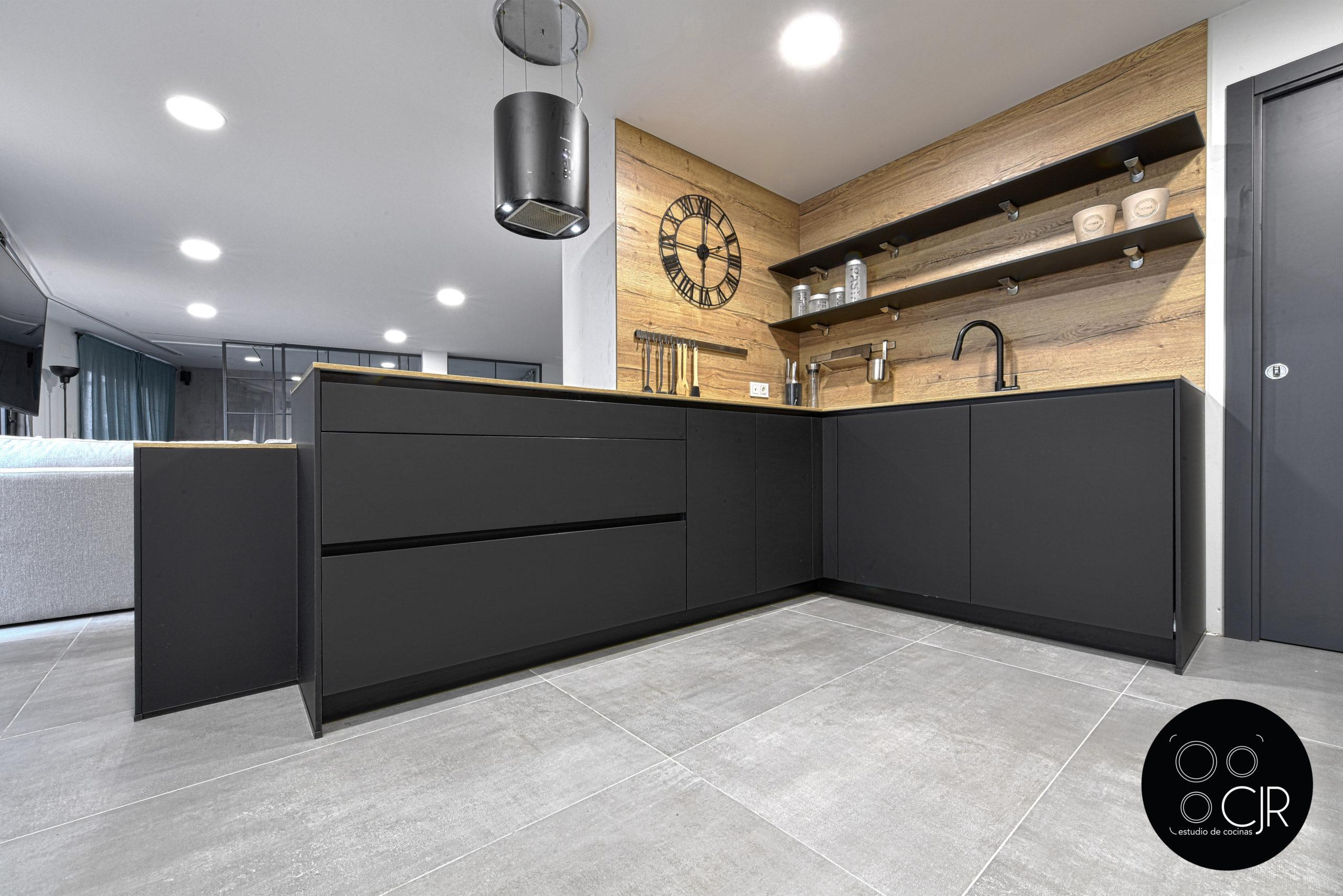 Vista baja de cocina negra mate y madera