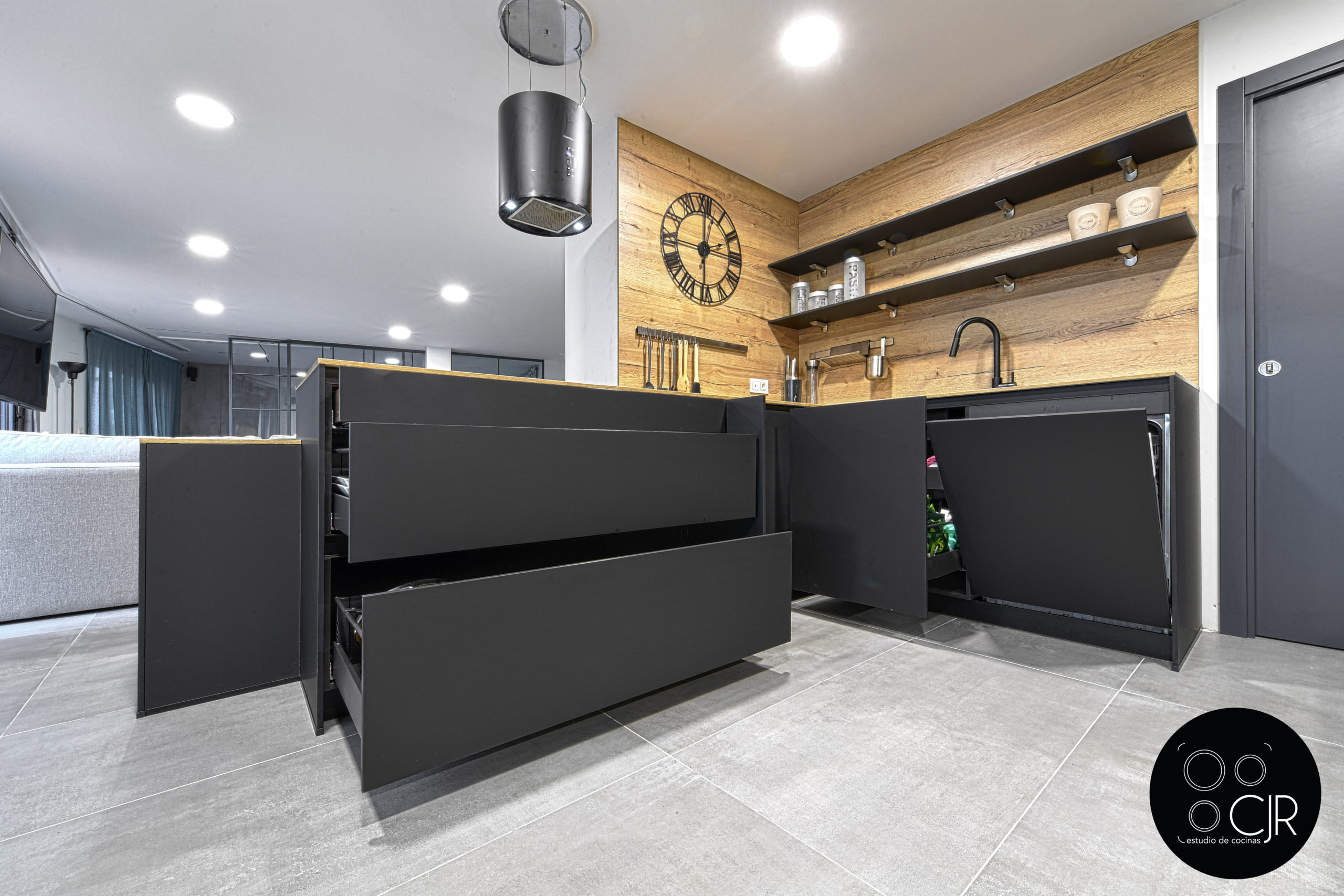 Isla en negro con cocina en madera
