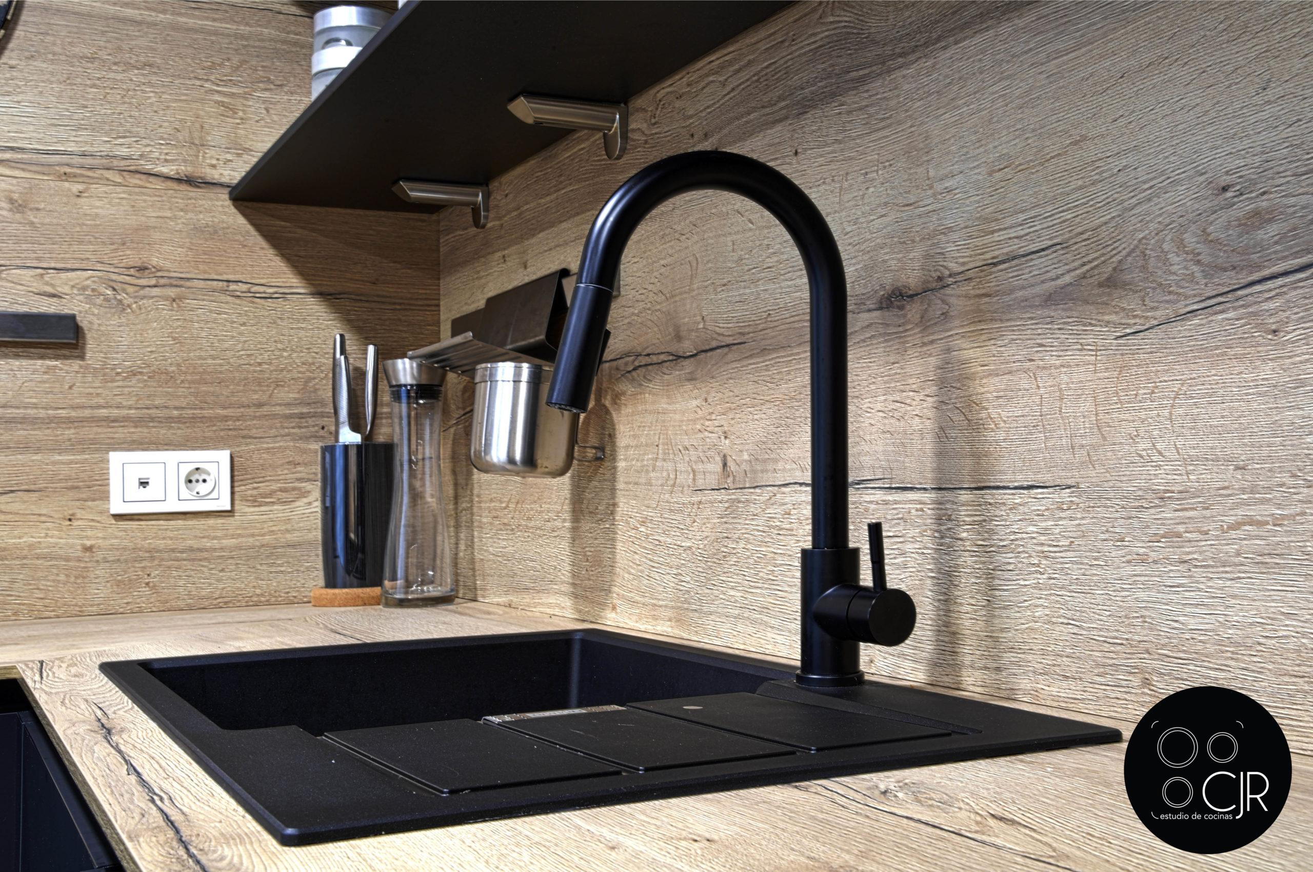 Grifo en negro mate con madera en cocina