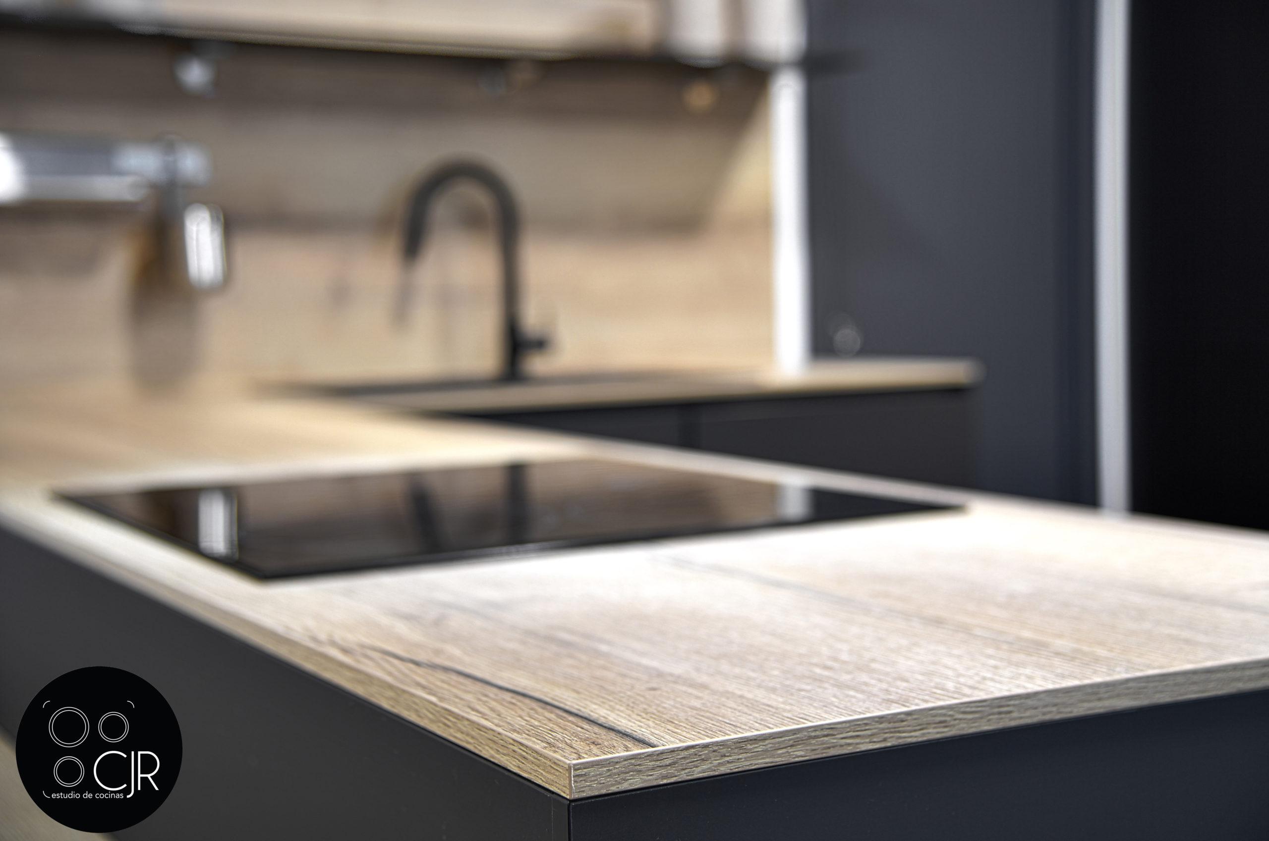 Primer plano madera con cocina negra mate