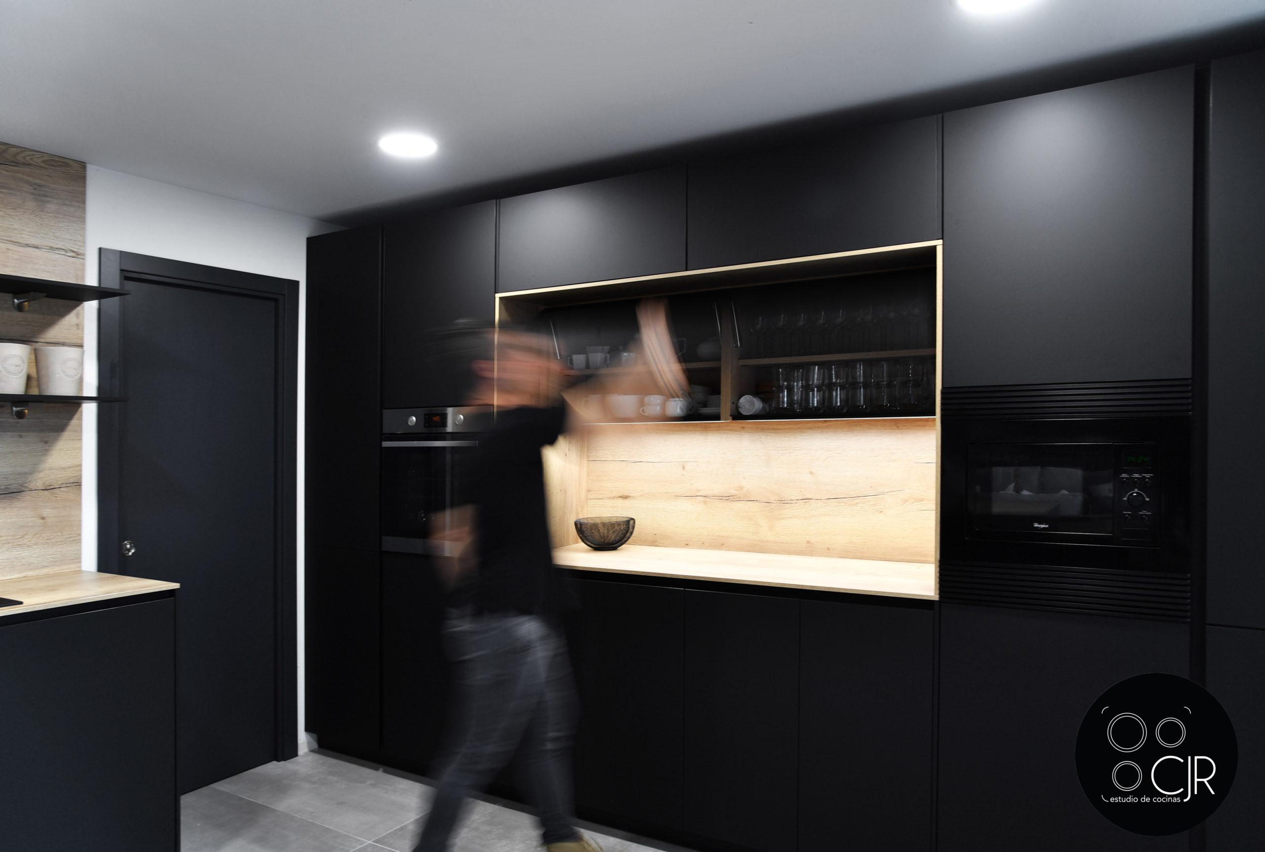 Vista general de cocina negra mate y madera