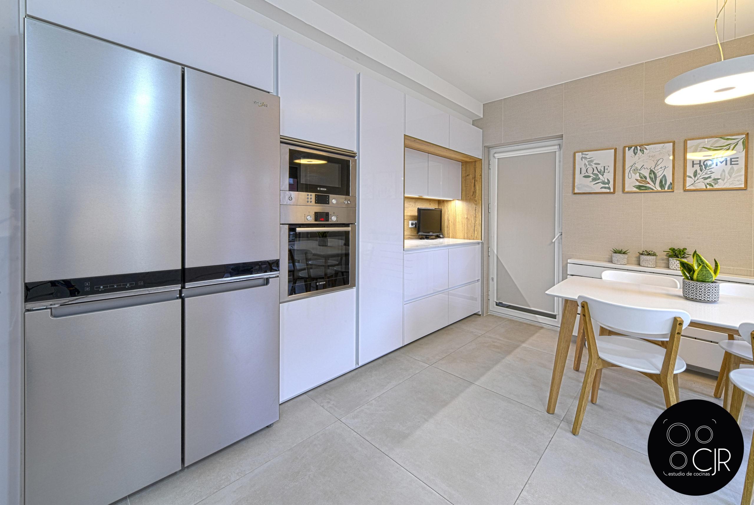 Vista general cocina blanca y madera