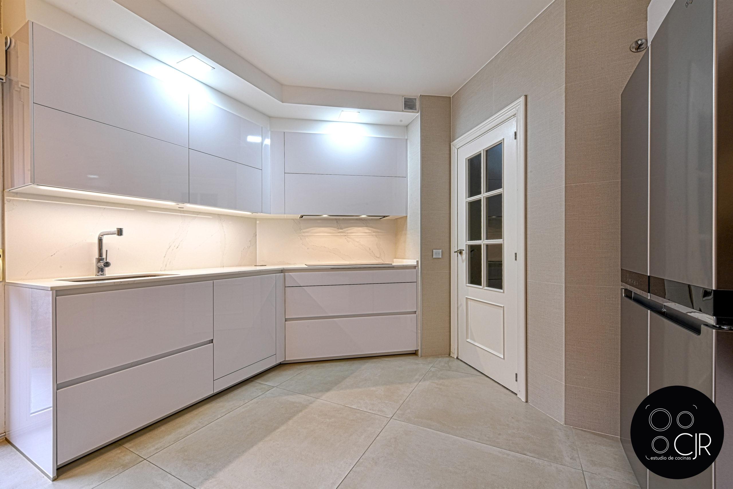 Encimera de cocina blanca y madera