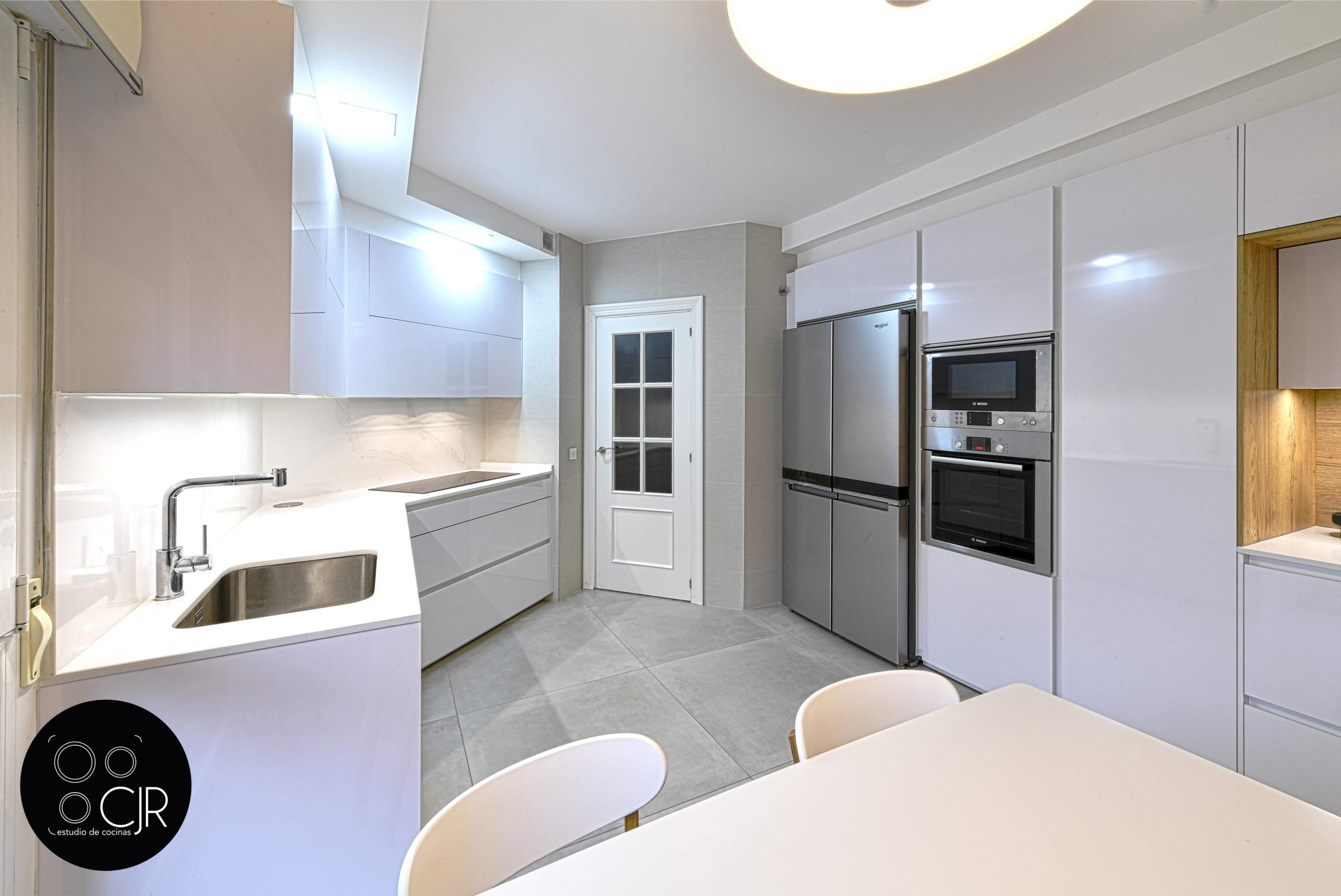 Vista angular de cocina en blanco y madera