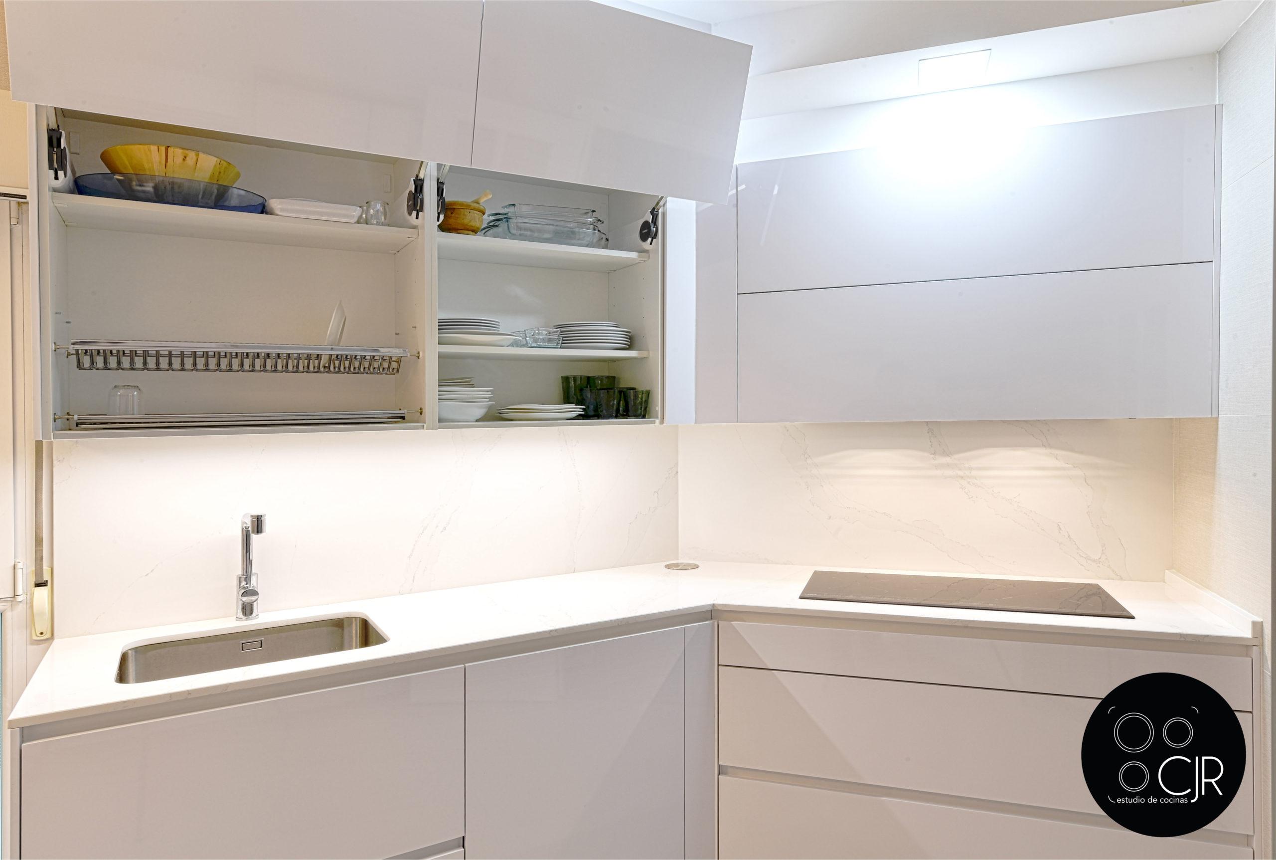 Vista de cajon superior en cocina en blanco y madera