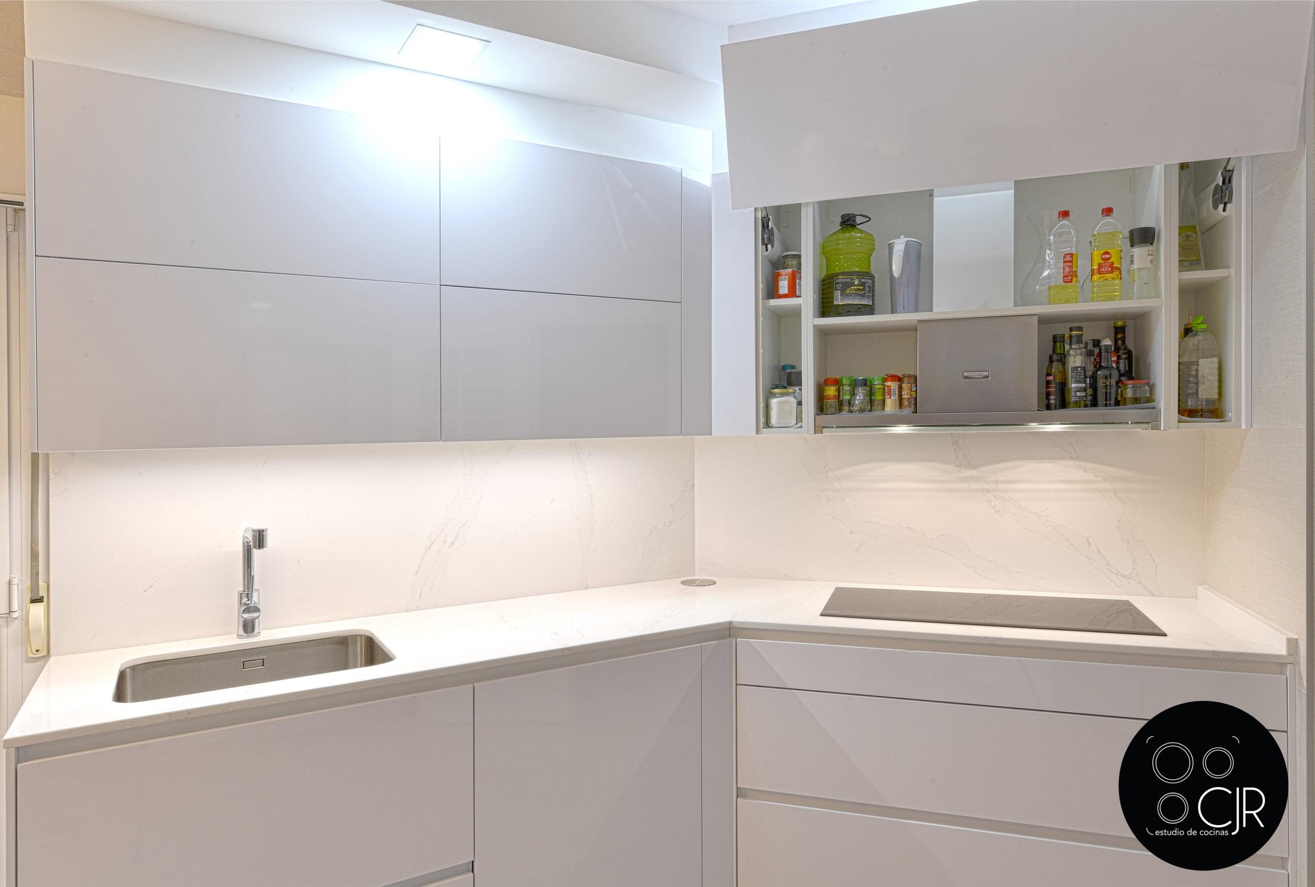 Cajon superior en cocina blanca y madera