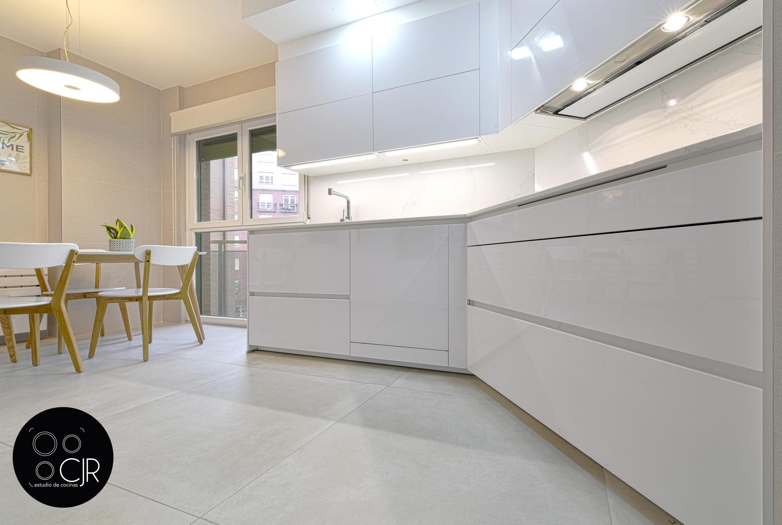 Parte baja de cocina blanca y madera