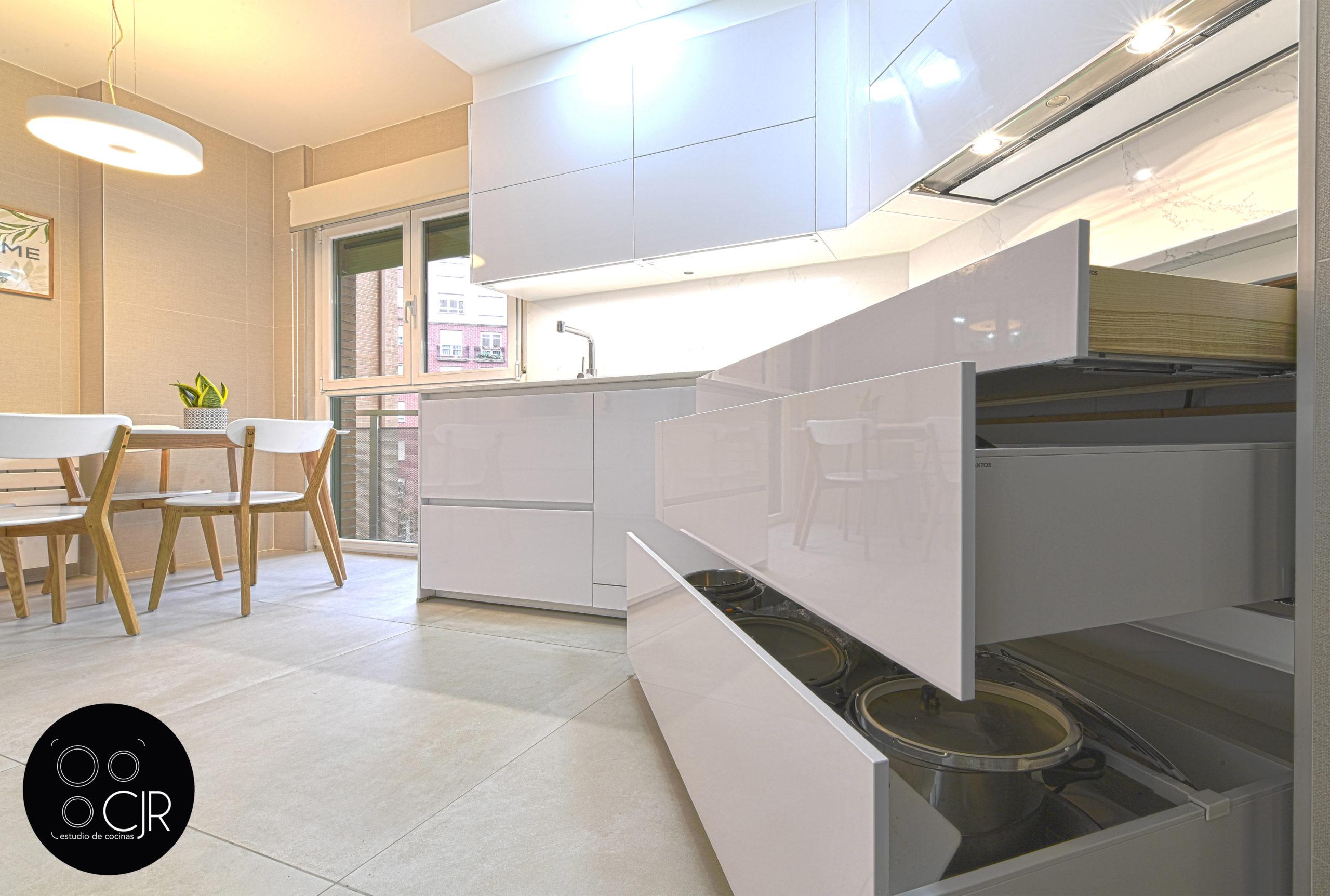 Apertura de cajones parte baja cocina blanca y madera
