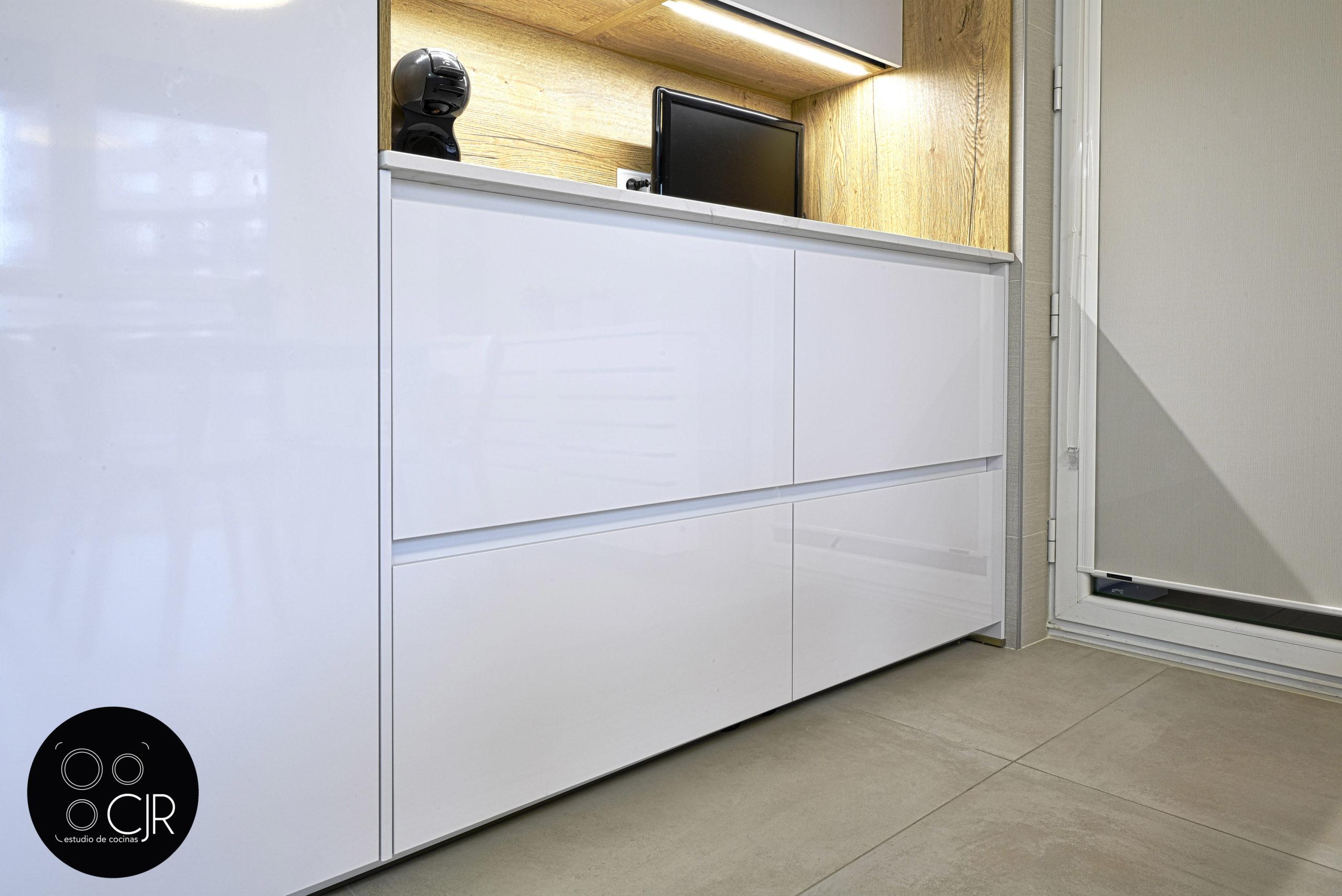 Frontal cocina blanca y madera