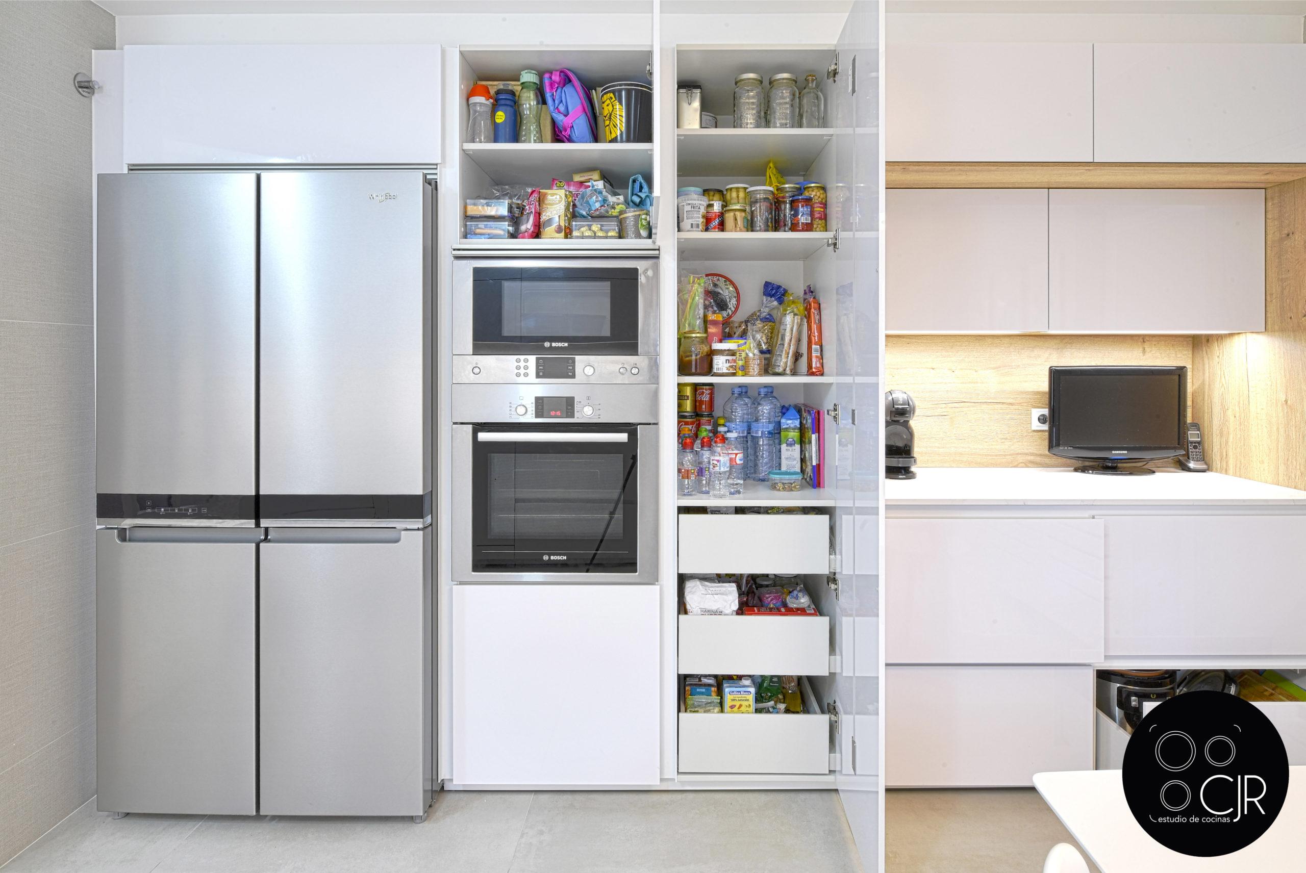 Zona de electrodomésticos y despensero cocina blanca y madera