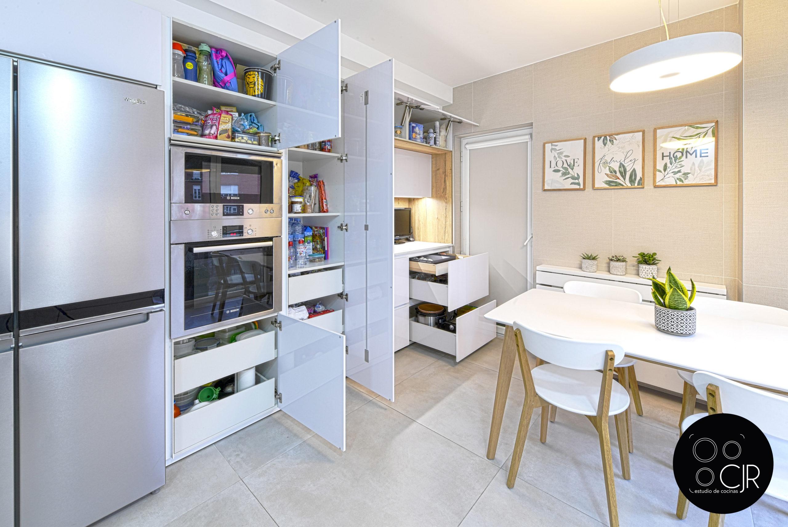 Vista general de cocina blanca y madera