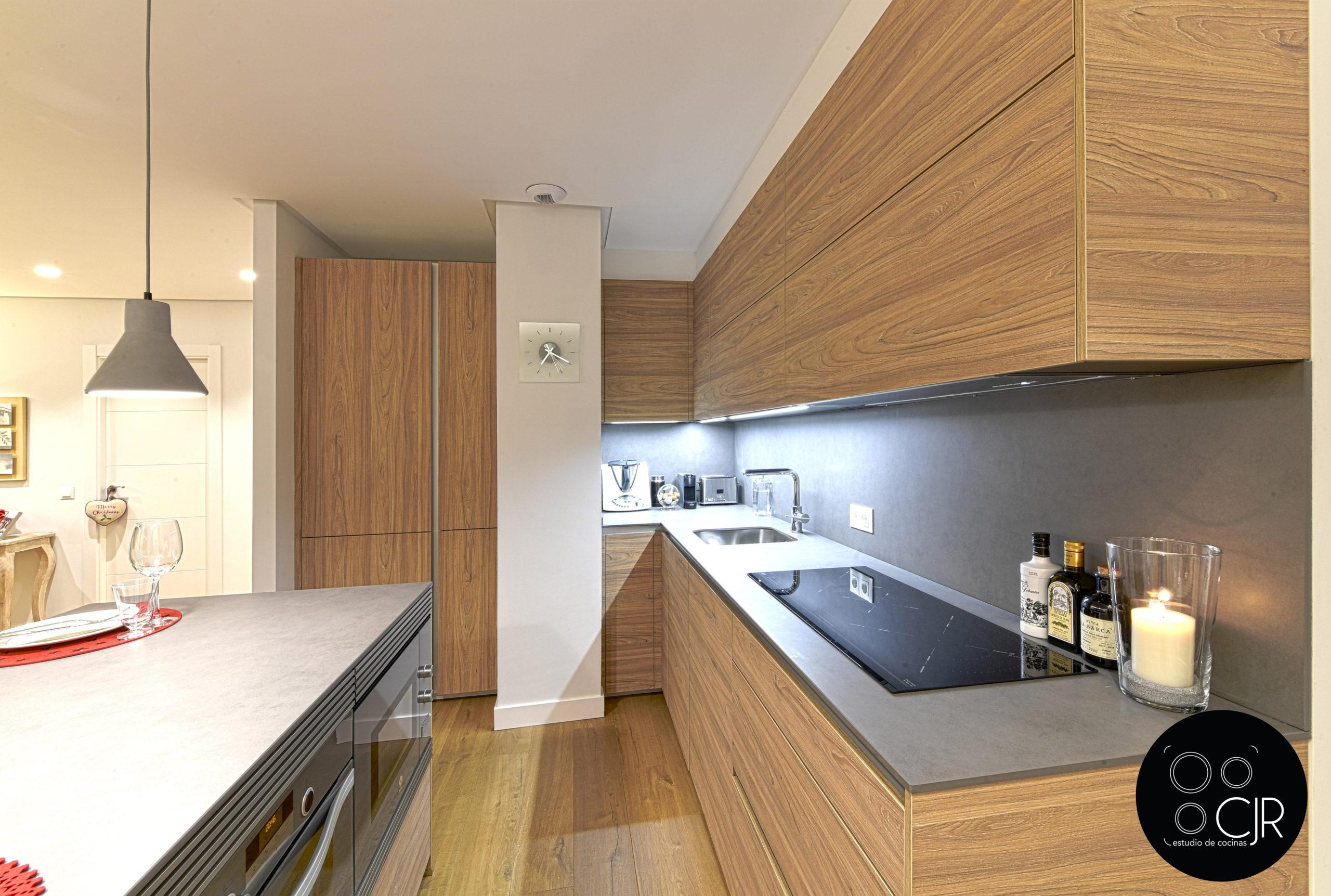 Cocina completa en madera y gris