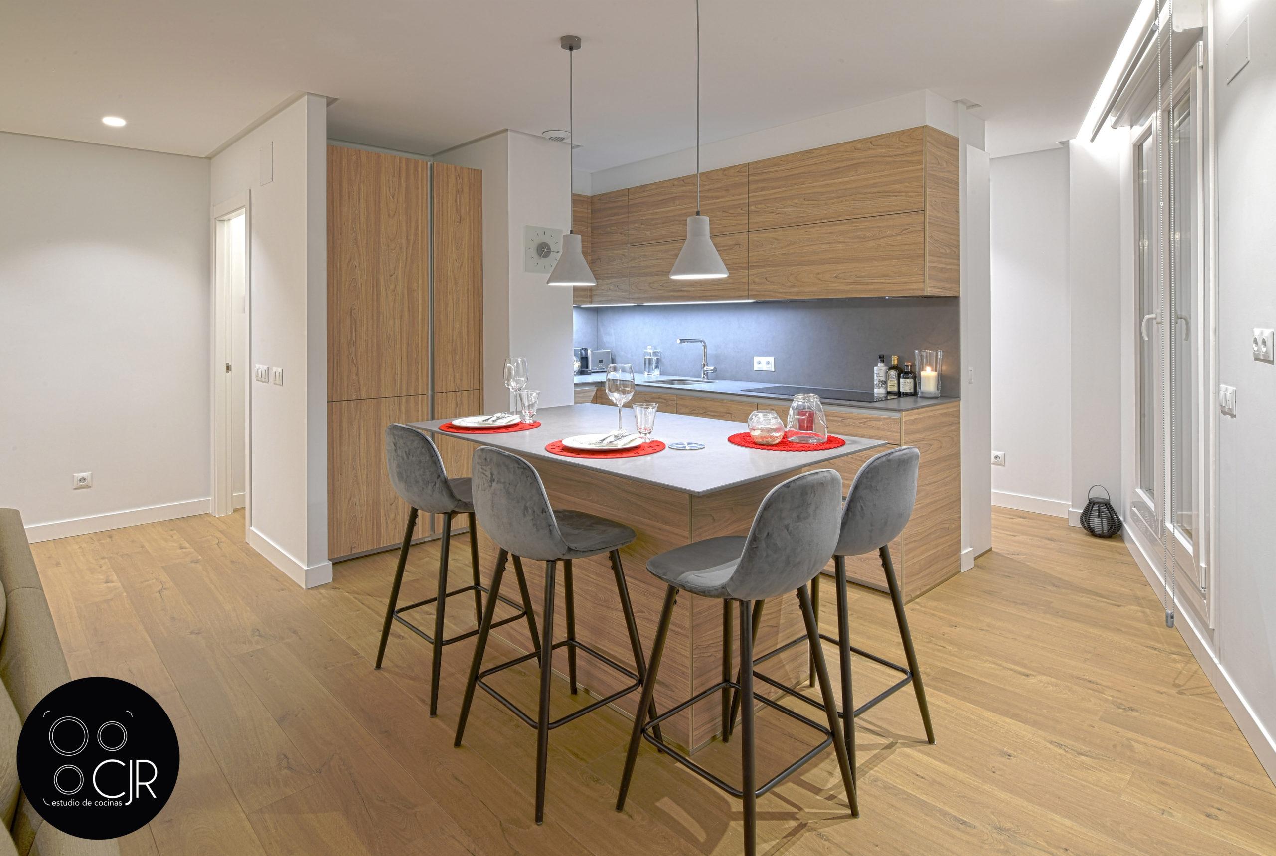 Cocina isla con sillas en madera y gris
