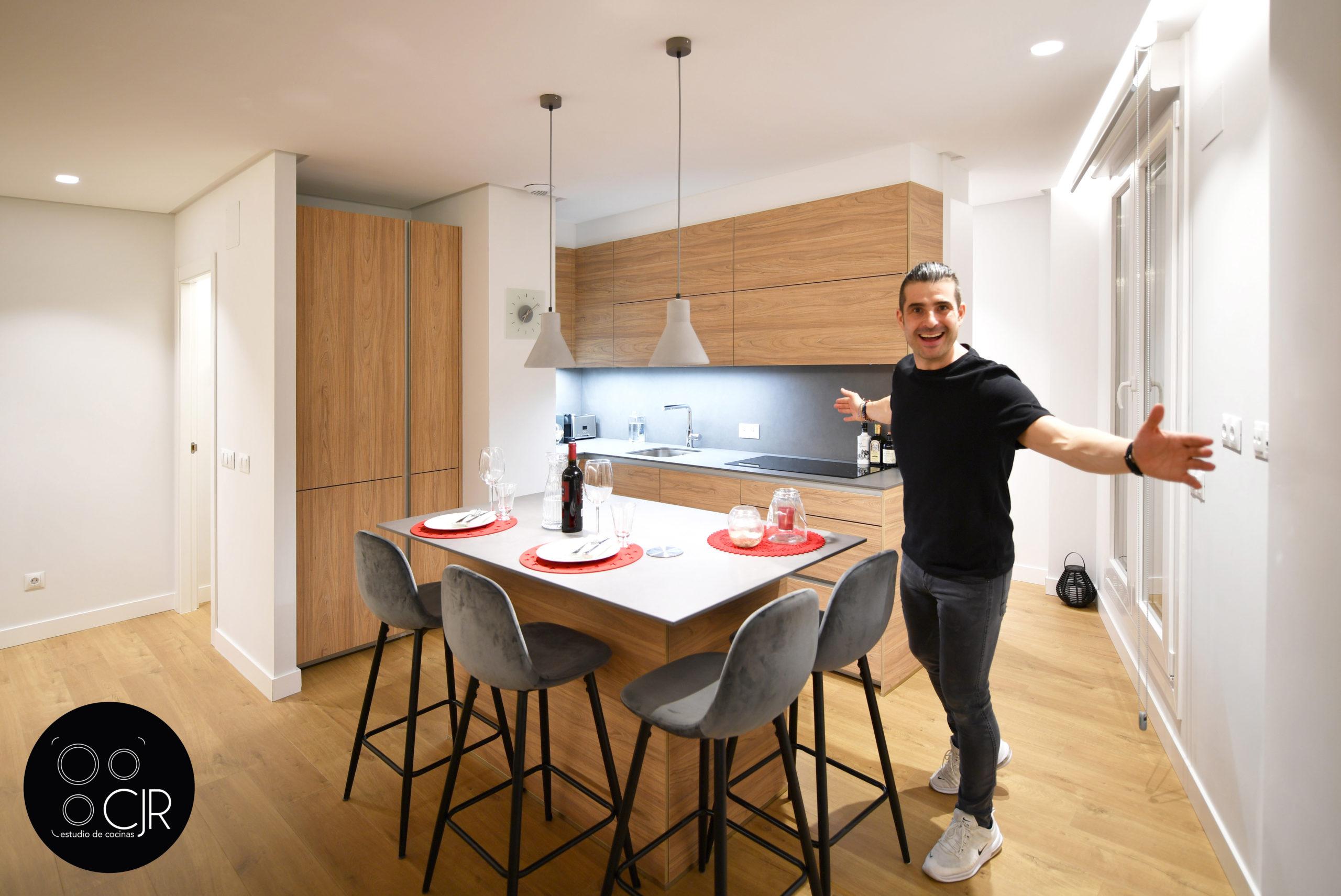 Hombre en cocina moderna madera con isla gris