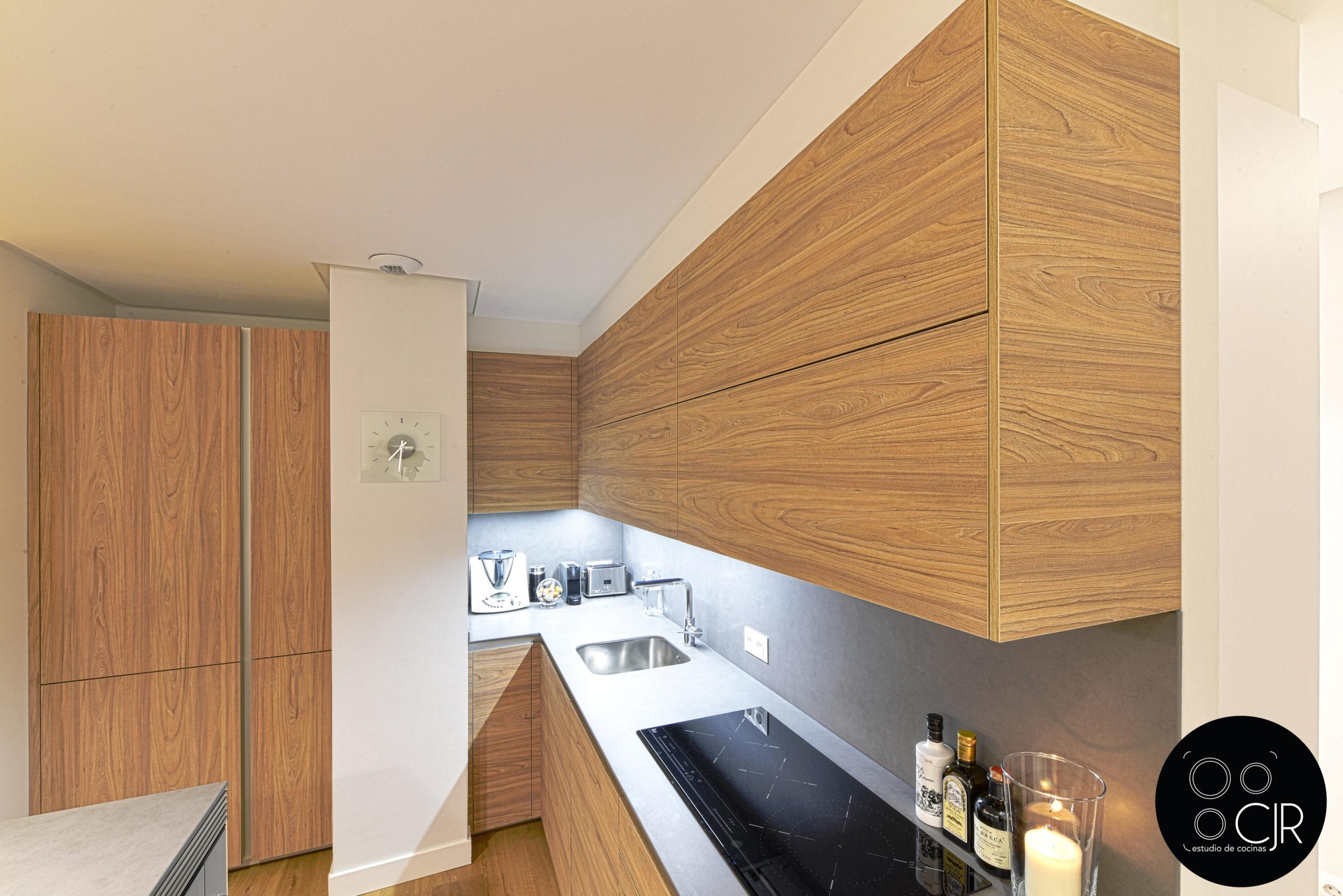 Vista superior de cocina en madera y gris