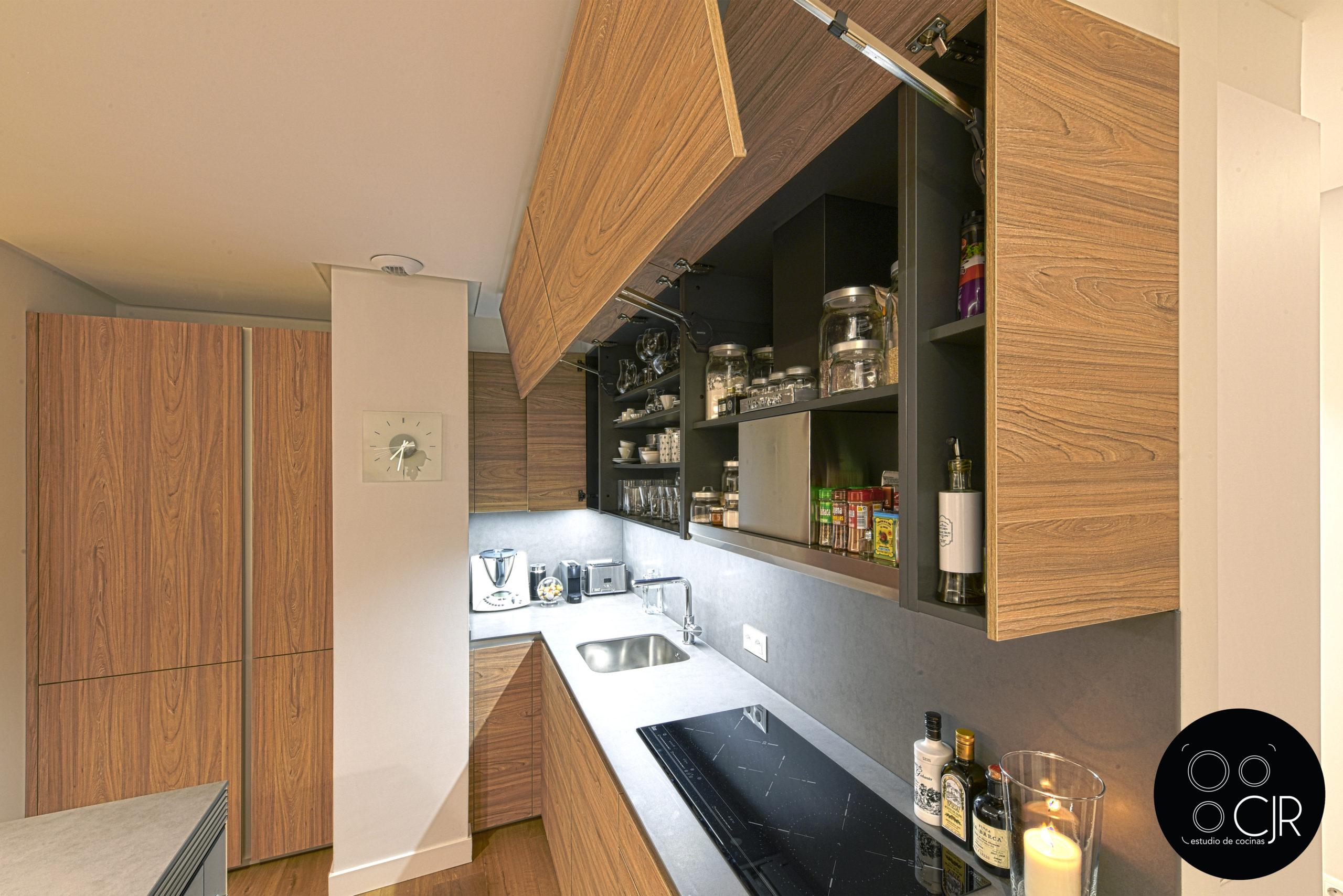Apertura de cajon superior cocina madera y gris