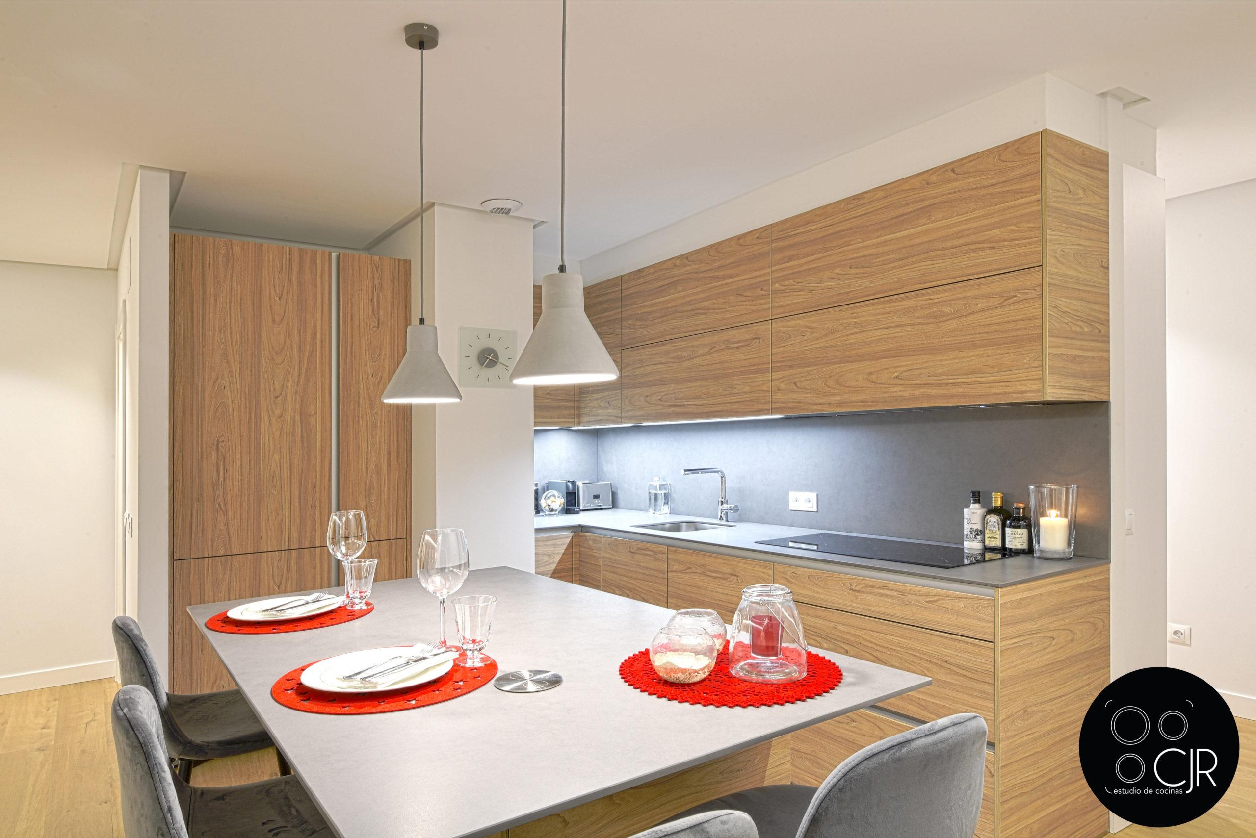 Cocina con isla en madera y gris con detalles