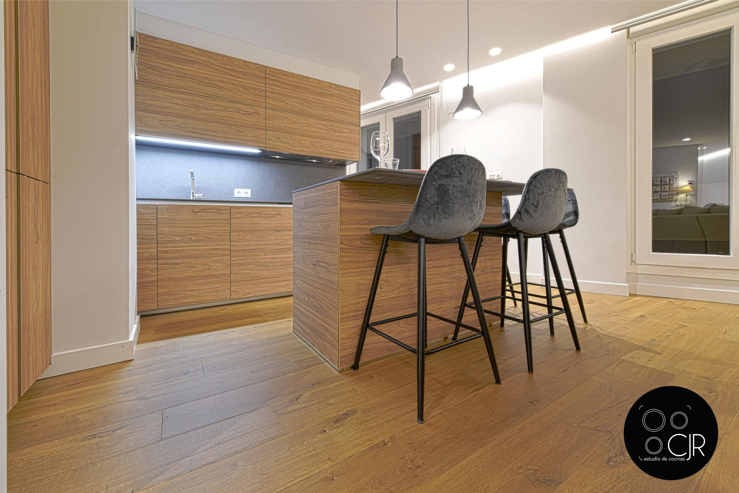Isla de cocina madera y gris