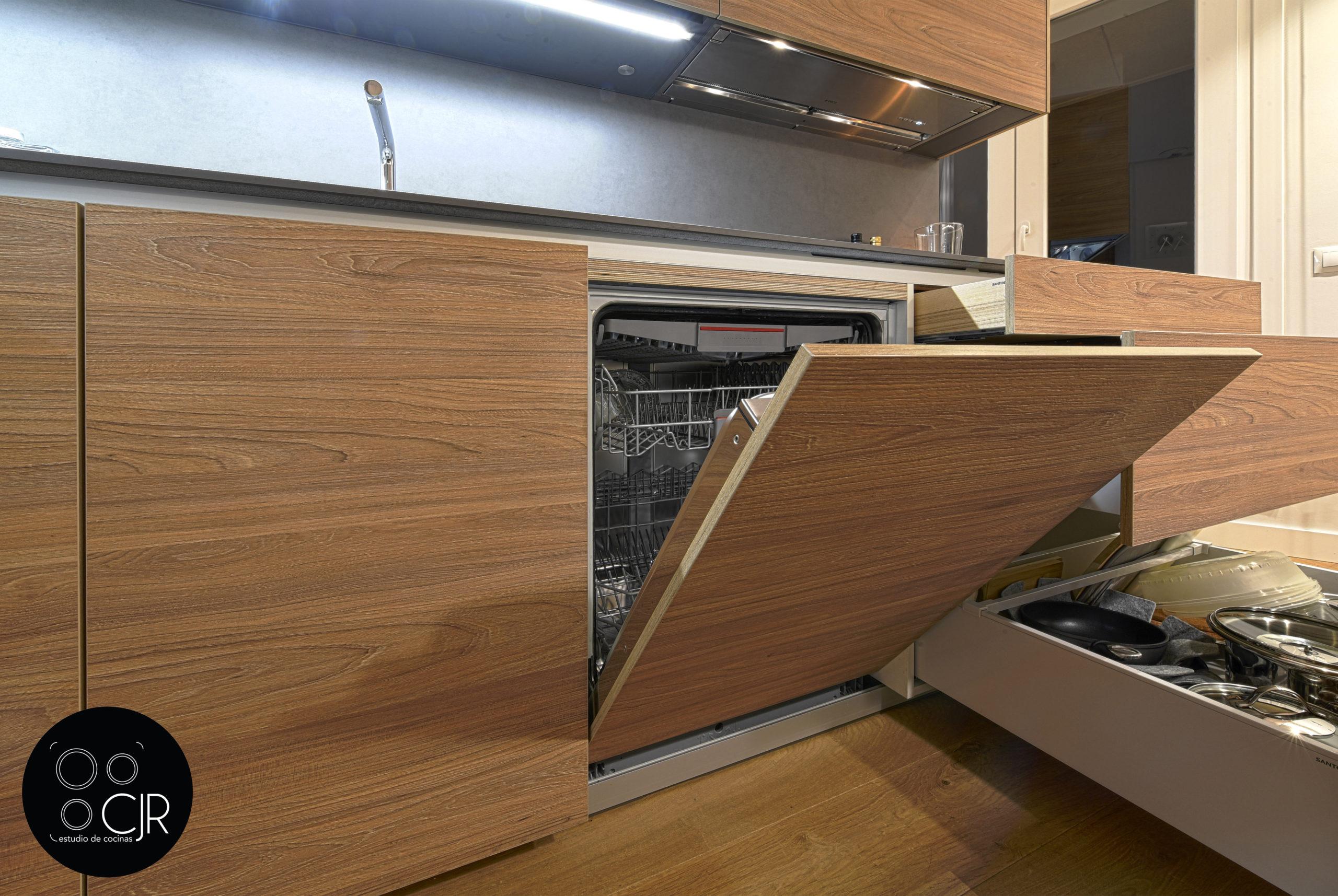 Lavavajillas en madera integrado en cocina