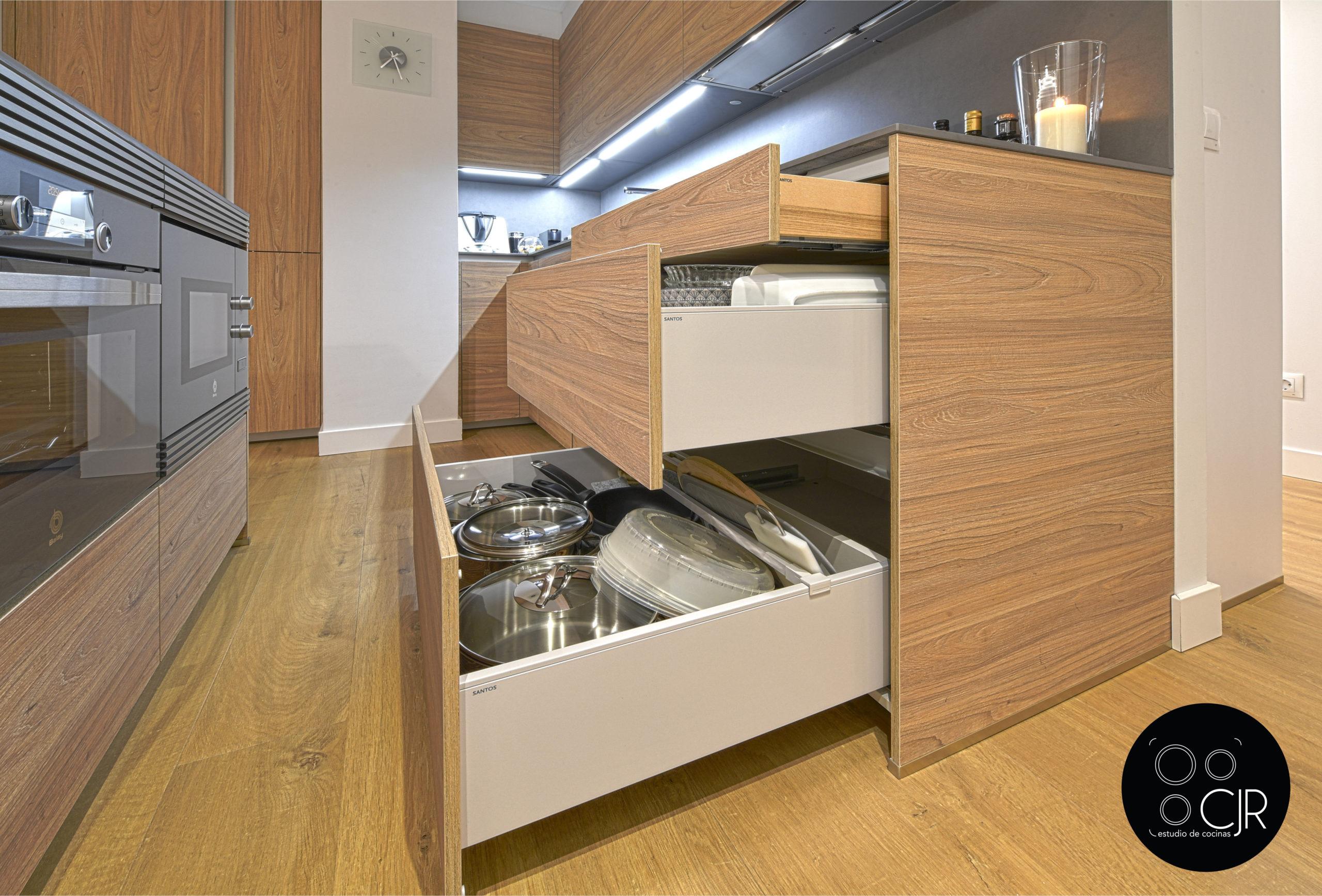 Cajones gran profundidad de cocina madera y gris