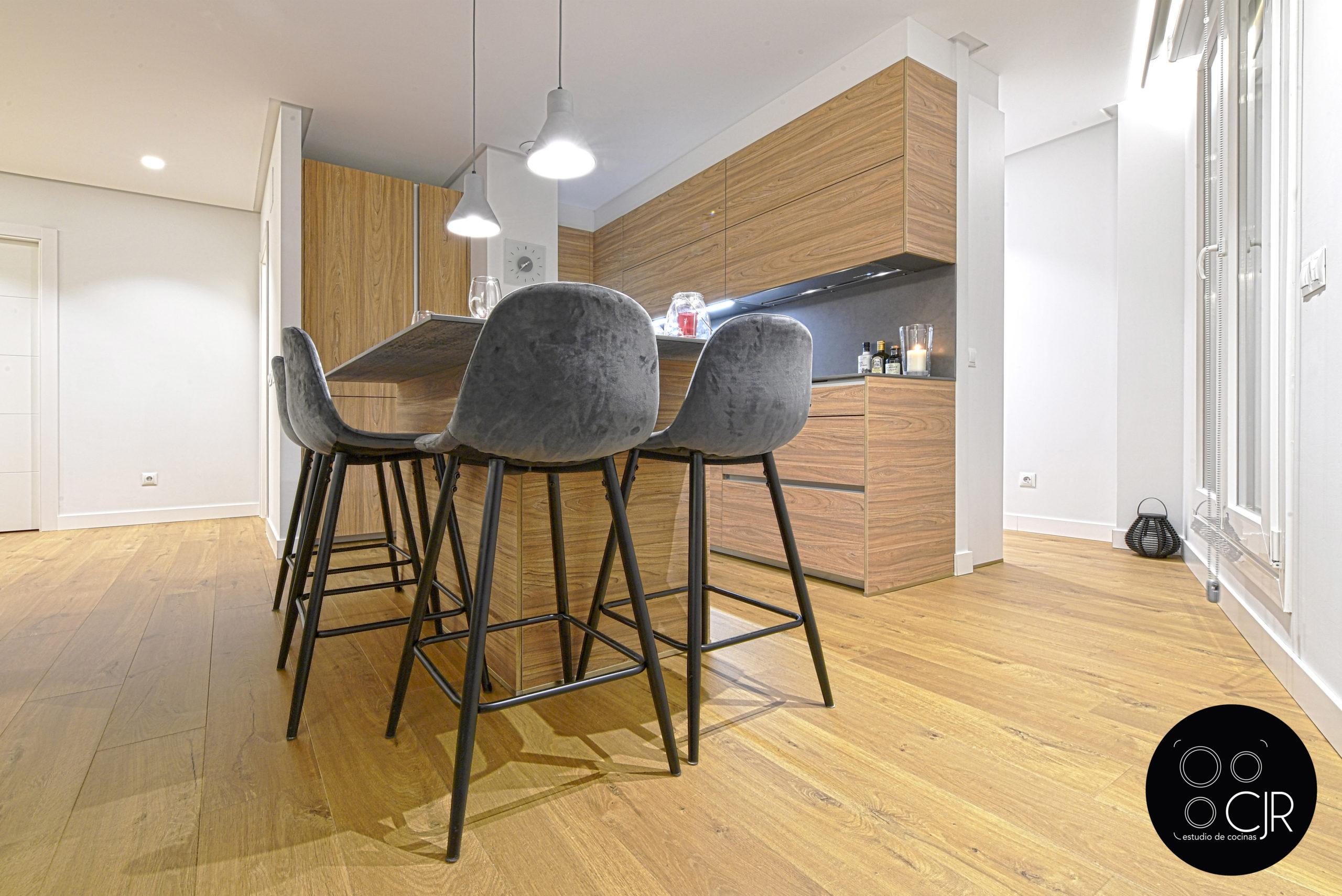 Isla con sillas en gris y madera