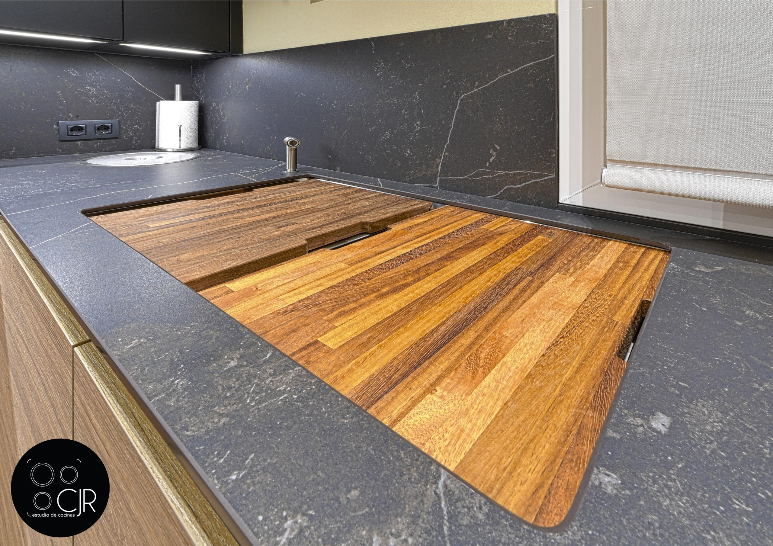 Fregadero de cocina moderna negra y madera
