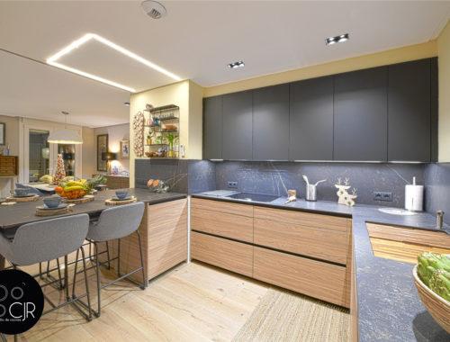 Otro angulo de la cocina moderna negra y madera