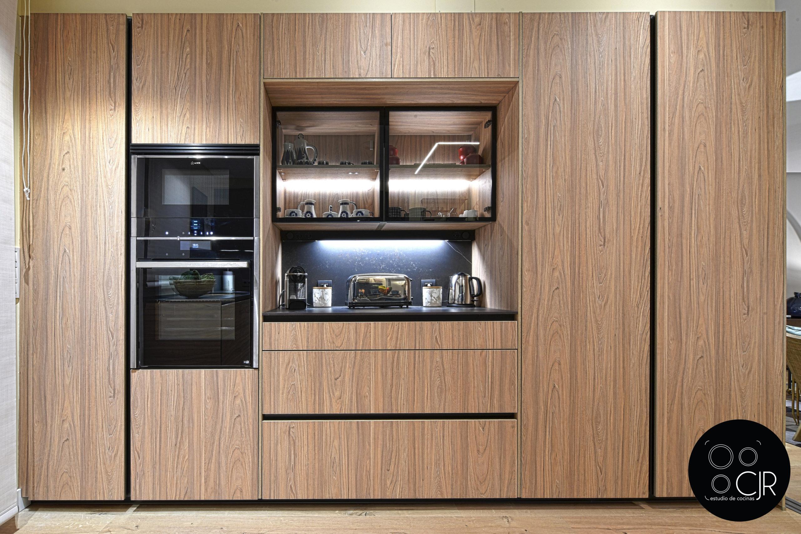 Frontal zona preparado en cocina moderna negra y madera