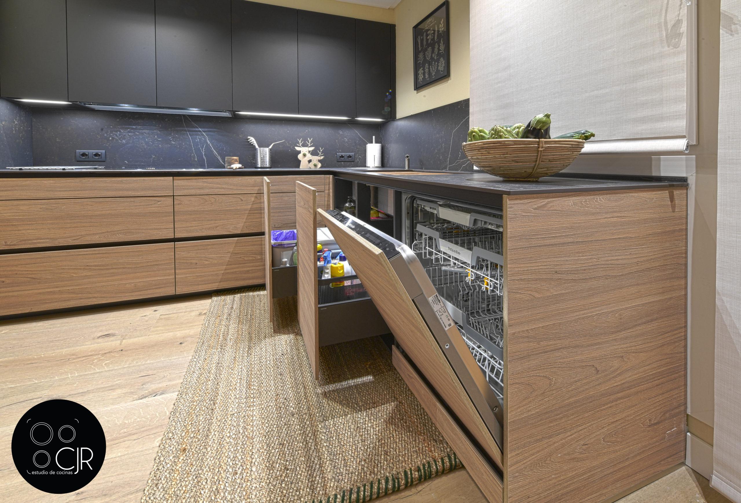 Zona la lavavajillas en cocina moderna negra y madera