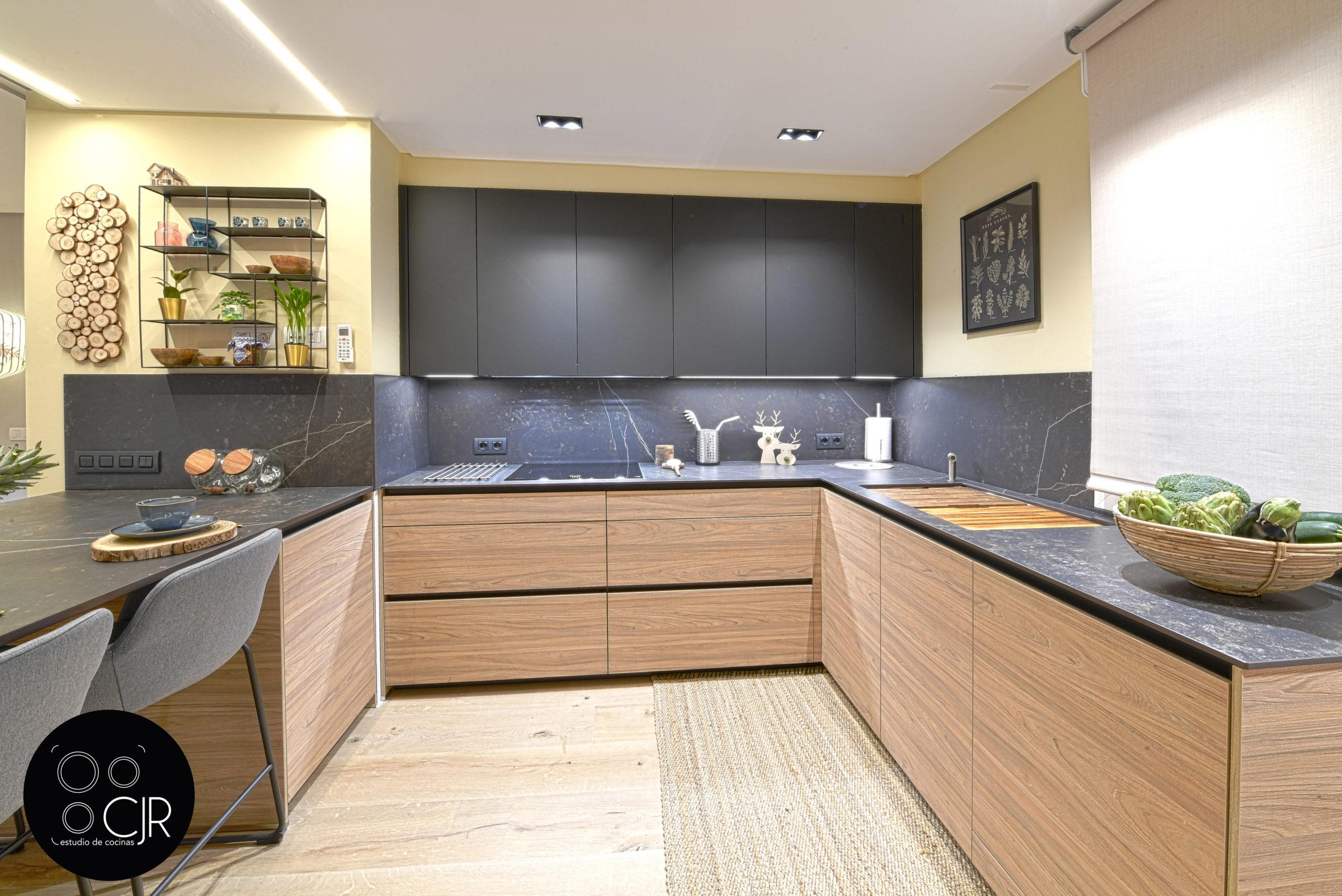 Otra vista de la cocina moderna negra y madera