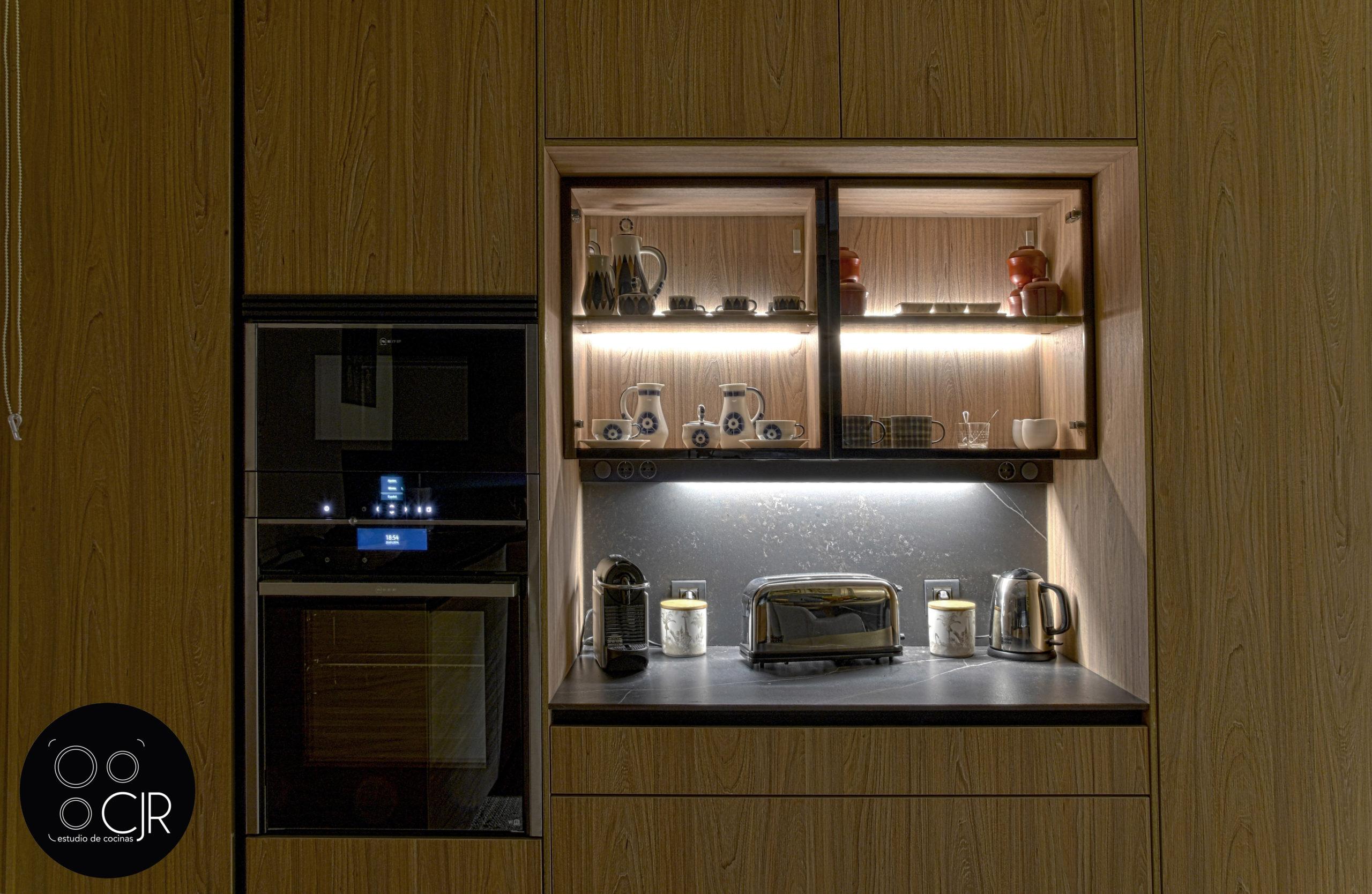 Zona de preparado con led en cocina moderna negra y madera