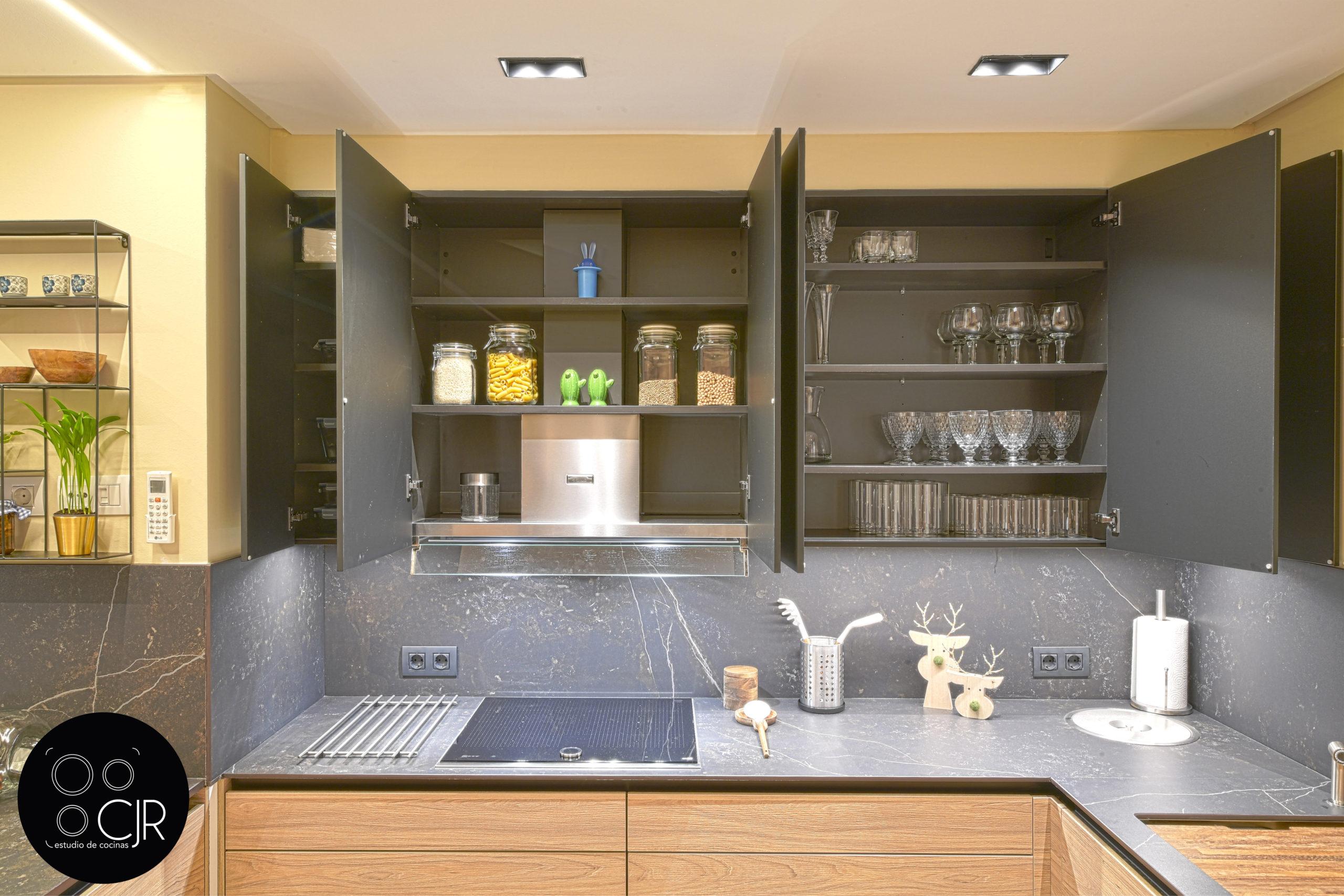 Cajonera superior abierta en cocina moderna negra y madera